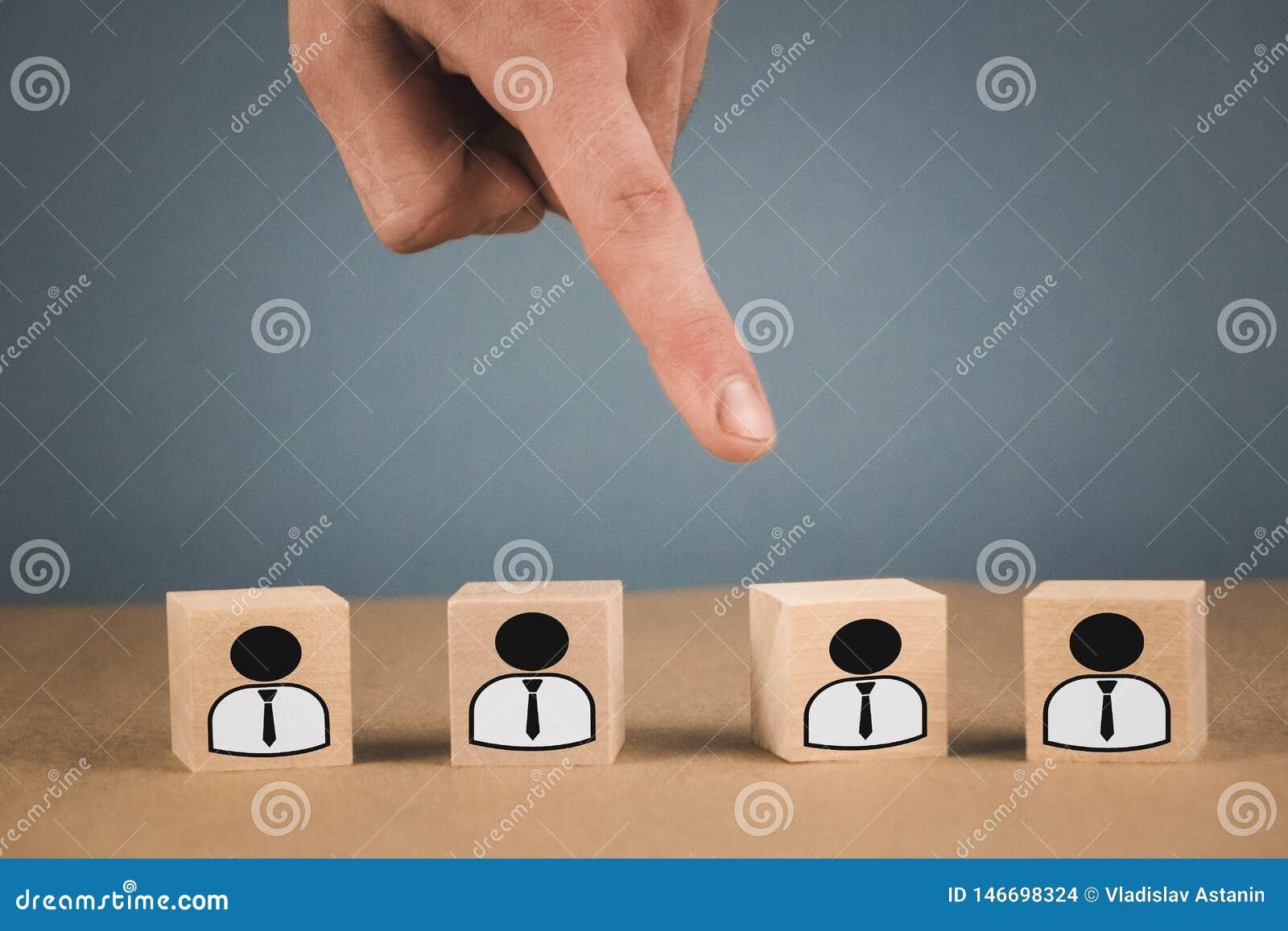 Escolha de um l?der do empregado da multid?o os pontos da m?o ao cubo de madeira que simboliza que a m?o faz a escolha