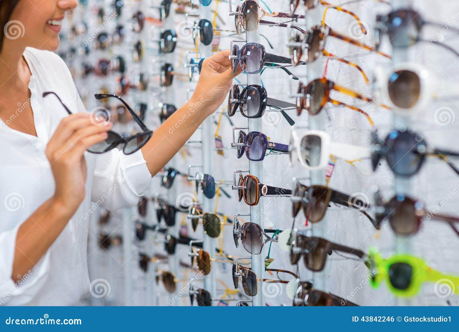 d1195a530aa47 imagens de stock Escolhendo óculos De Sol Na Loja - Baixe 16 Royalty ...