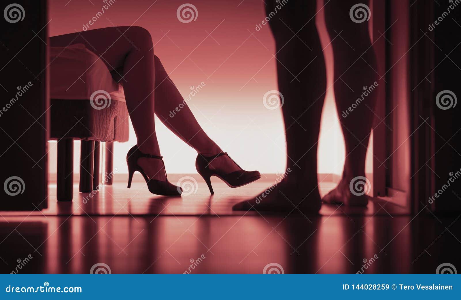 Escolta, sexo pago ou prostituição Silhueta  sexy  da mulher e do homem no quarto Conceito da violação ou do acosso sexual Menina