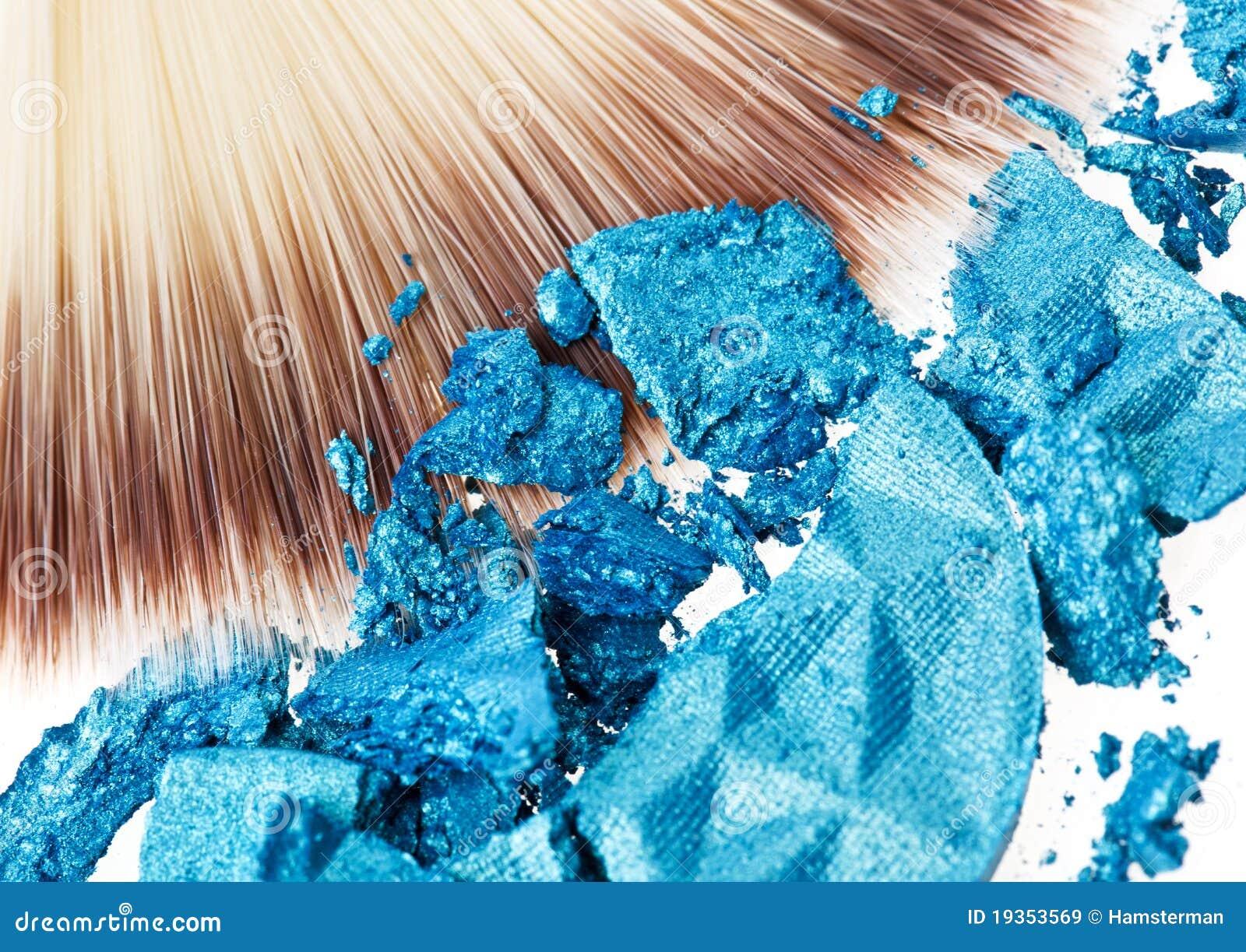 Escova larga da composição com sombra dos olhos azuis