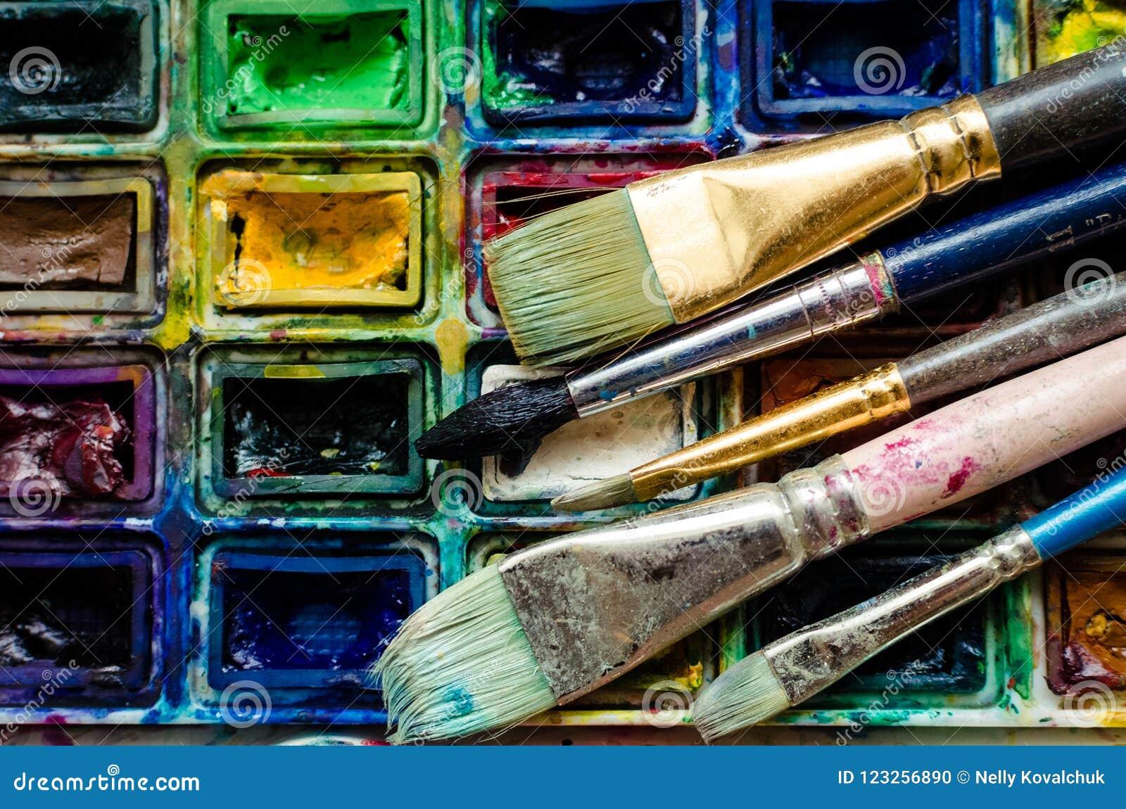 Escovas de pintura do artista e paintbox da aquarela