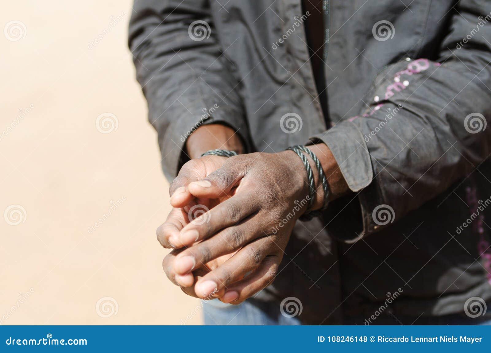 Escravo Symbol - homem negro africano com corda das mãos
