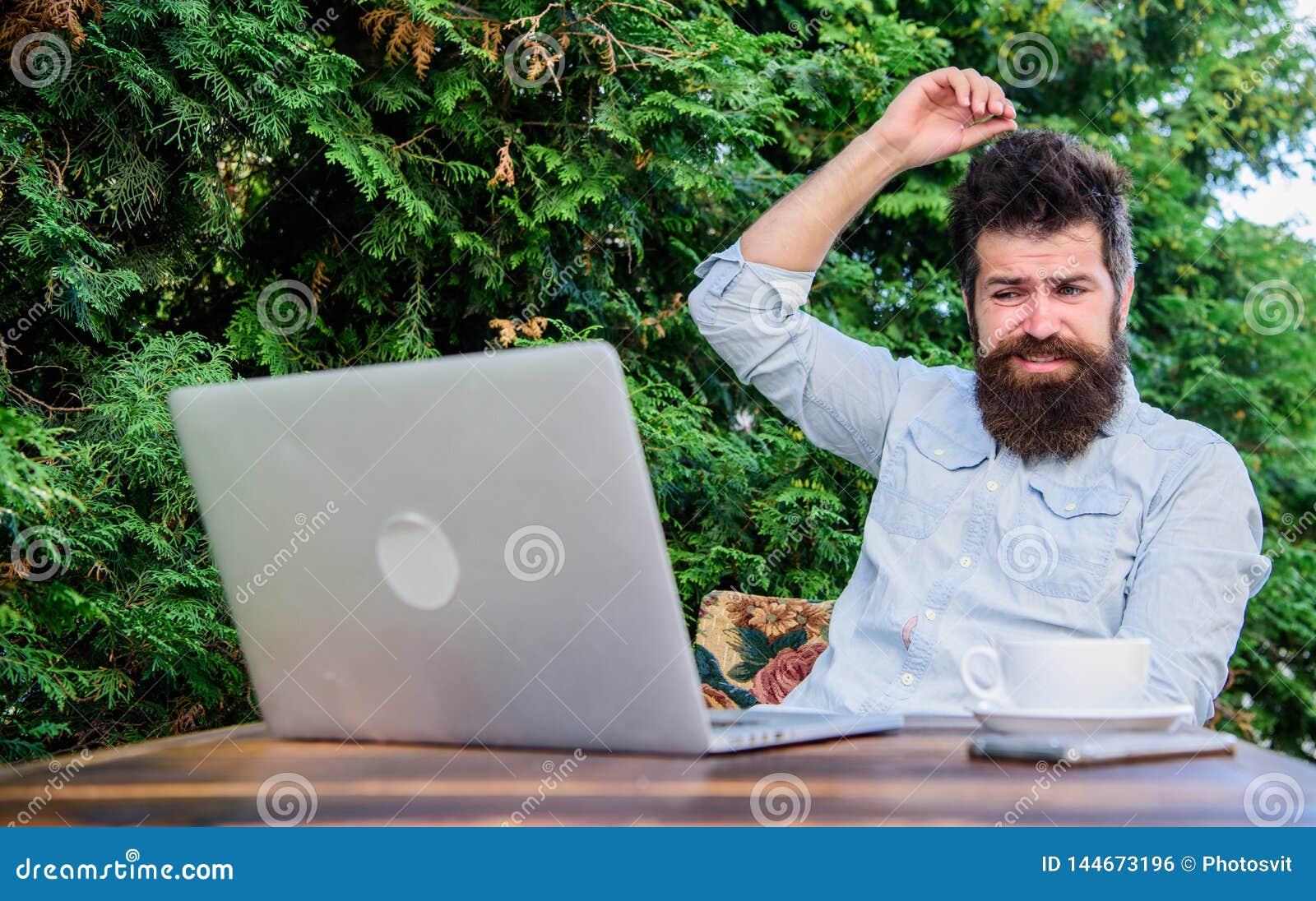Escreva o artigo para o compartimento em linha Internet surfando do port?til farpado do moderno Homem que procura a inspira??o re