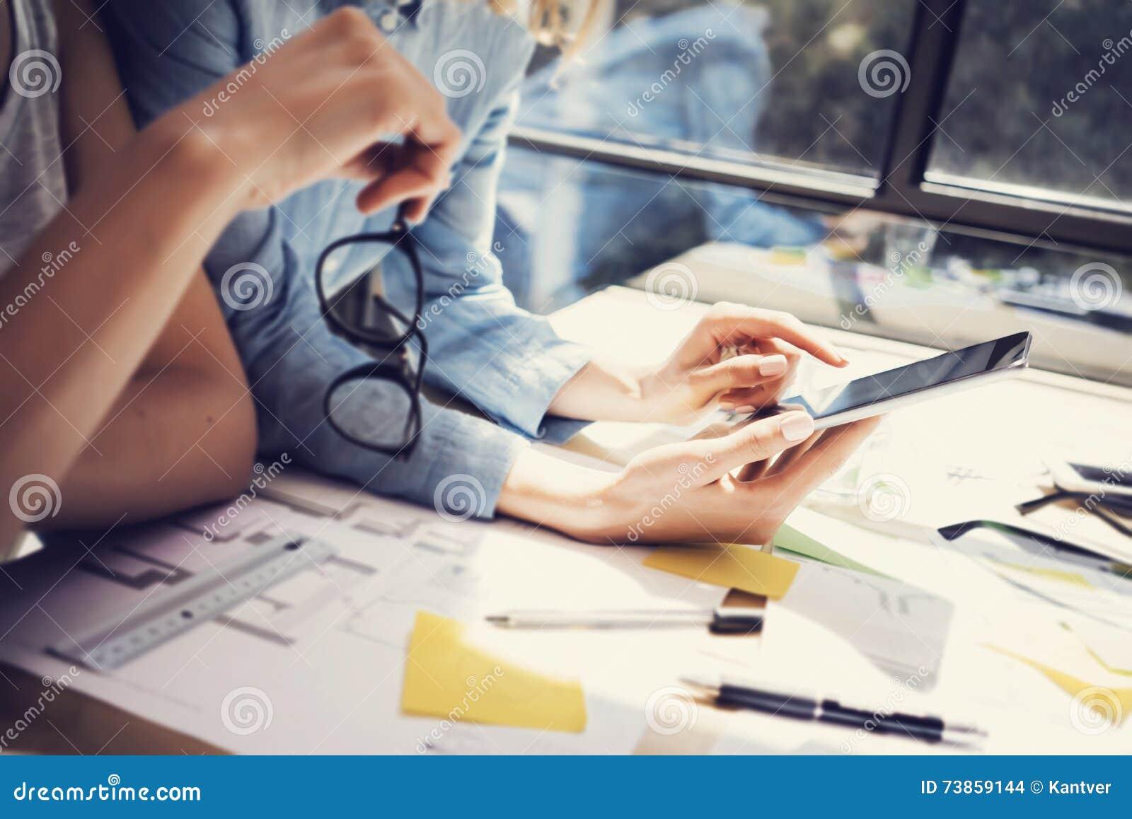 Escritório bem sucedido do sótão do design de interiores de Team Analyze Business Reports Modern dos gestores de conta Utilização