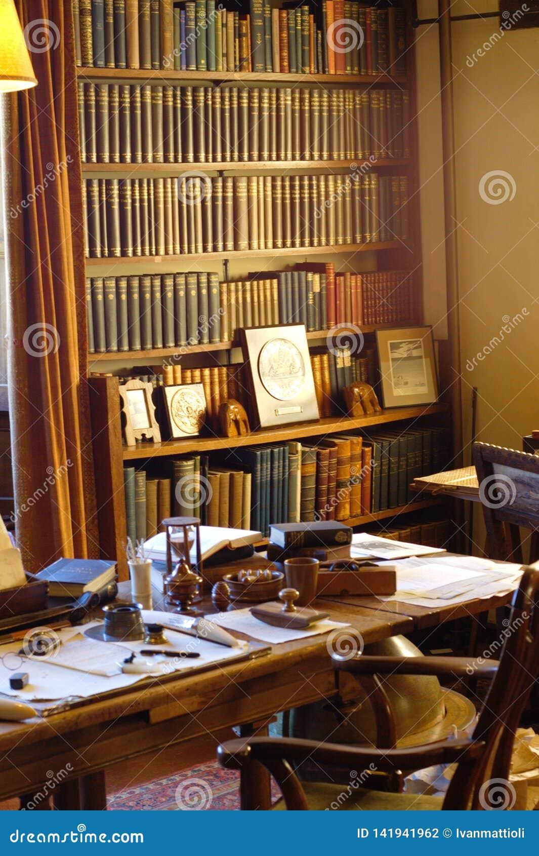 Escritório do século XIX de um autor com mesa e estante