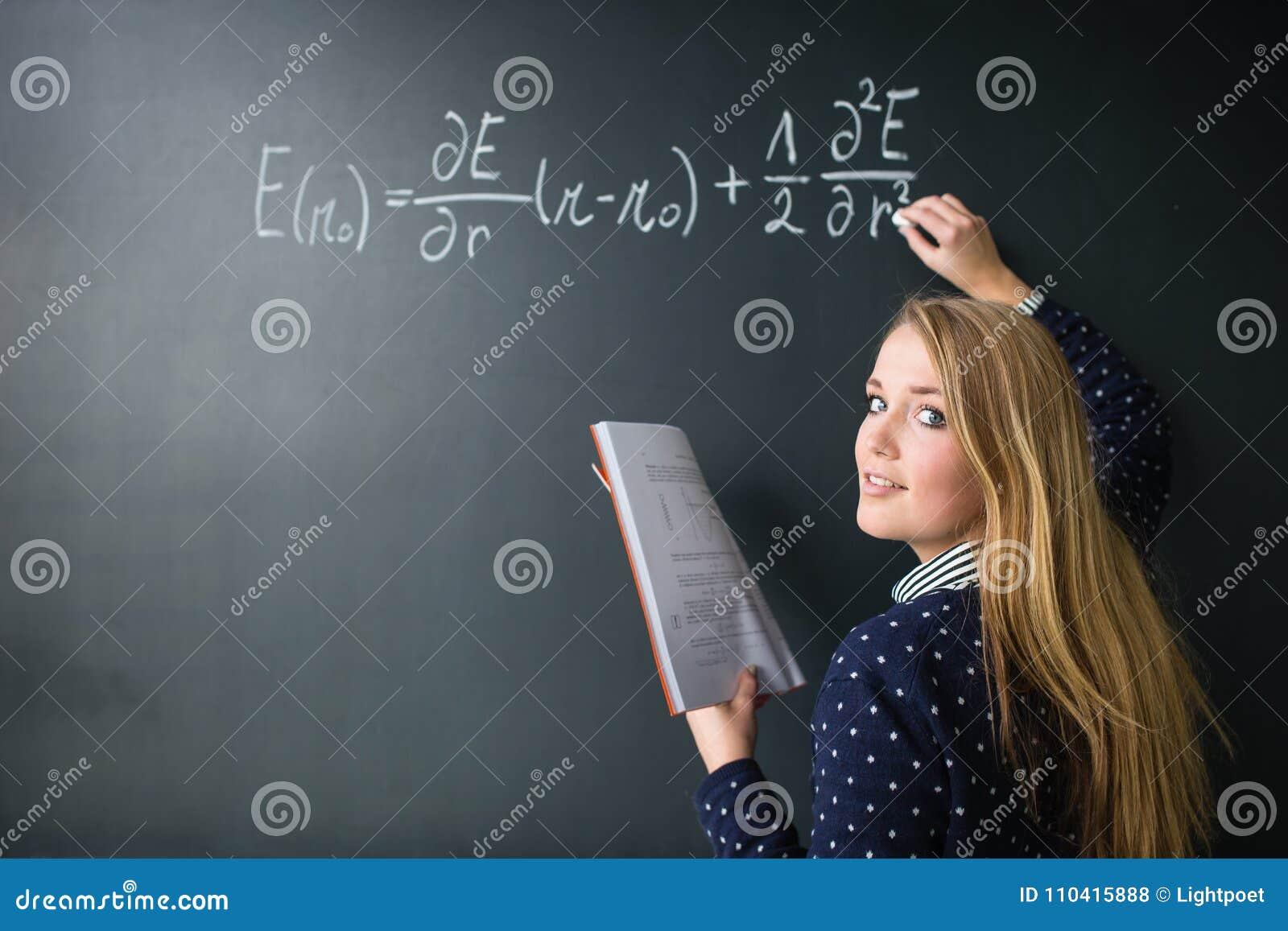Escrita bonita, nova da estudante universitário no quadro