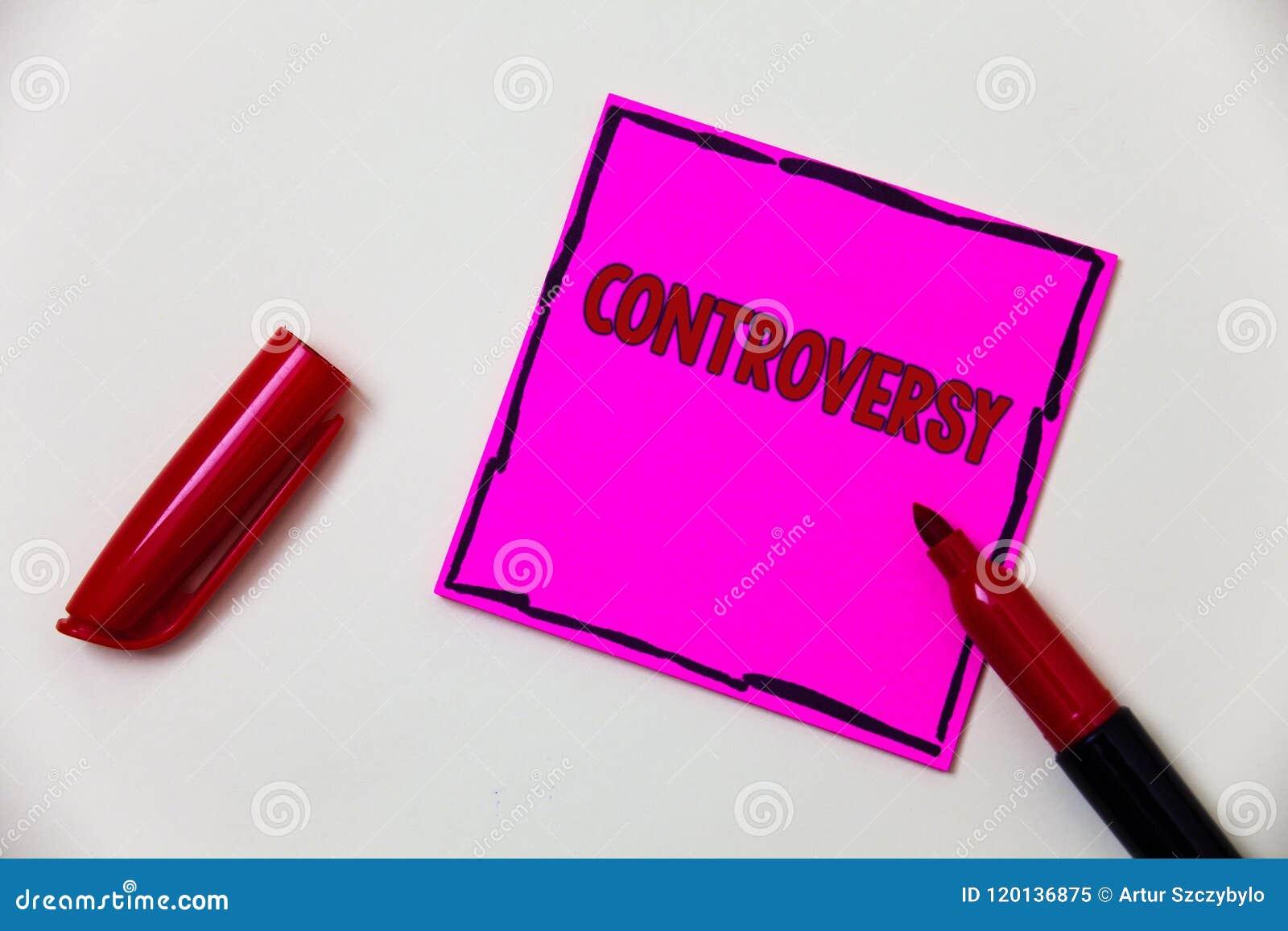 Escrita conceptual da mão que mostra a controvérsia Desacordo ou argumento apresentando da foto do negócio sobre algo importante