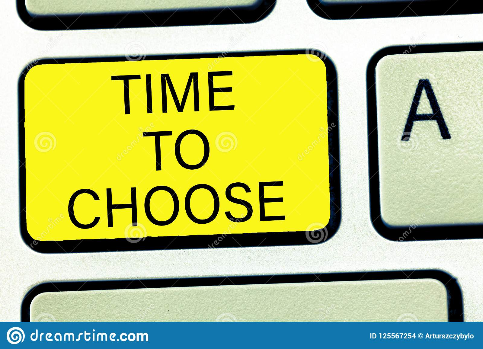 Escrita conceptual da mão que mostra a hora de escolher Texto da foto do negócio que julga os méritos de opções múltiplas e que s