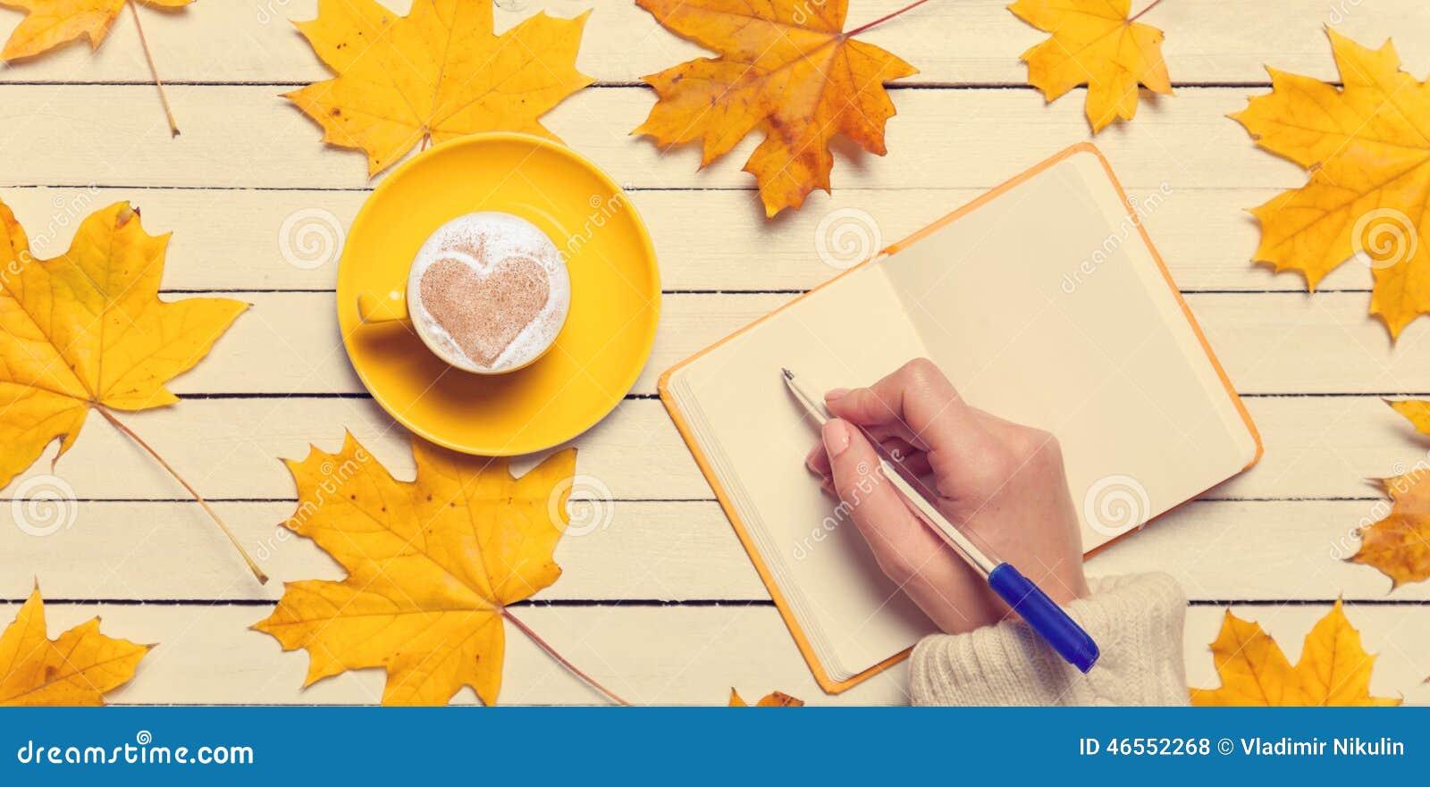 Escrita fêmea da mão algo