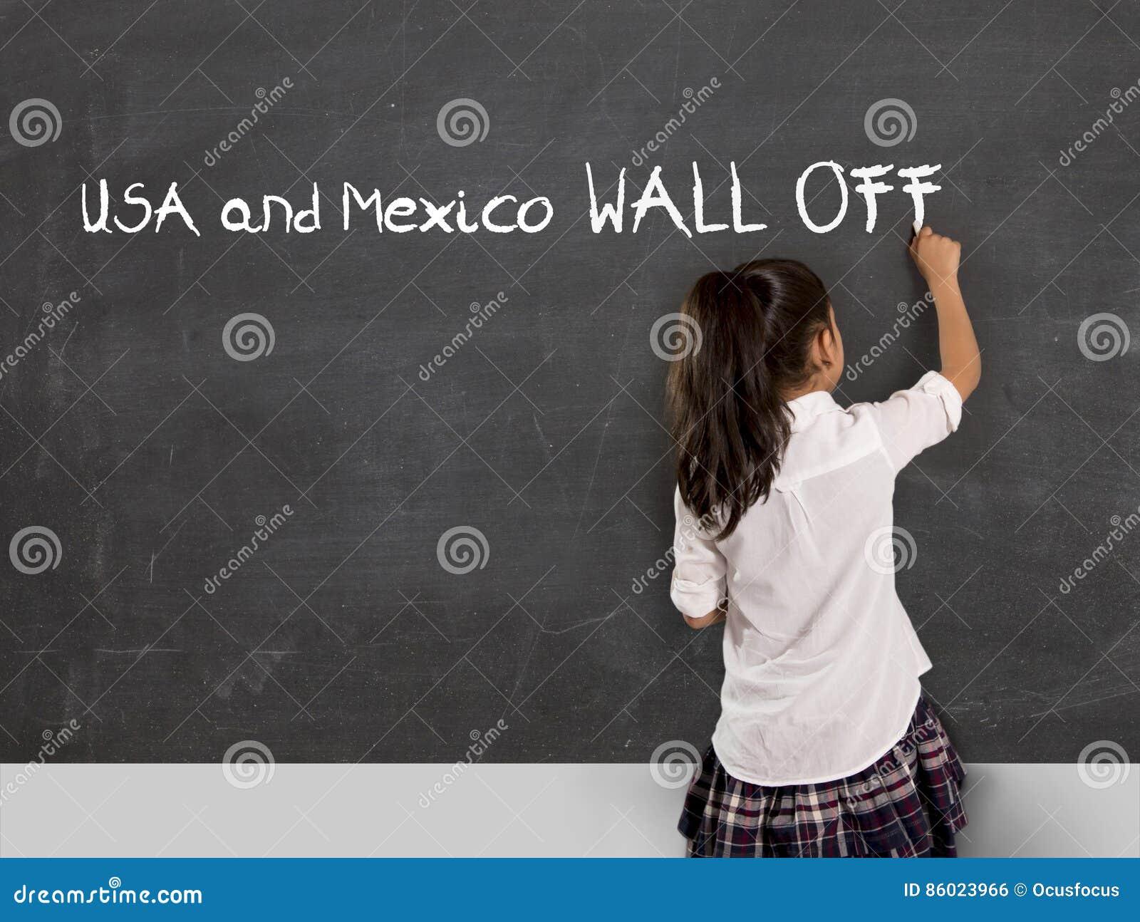 A escrita nova da estudante do ativista político no quadro-negro México e EUA da sala de aula da escola mura fora