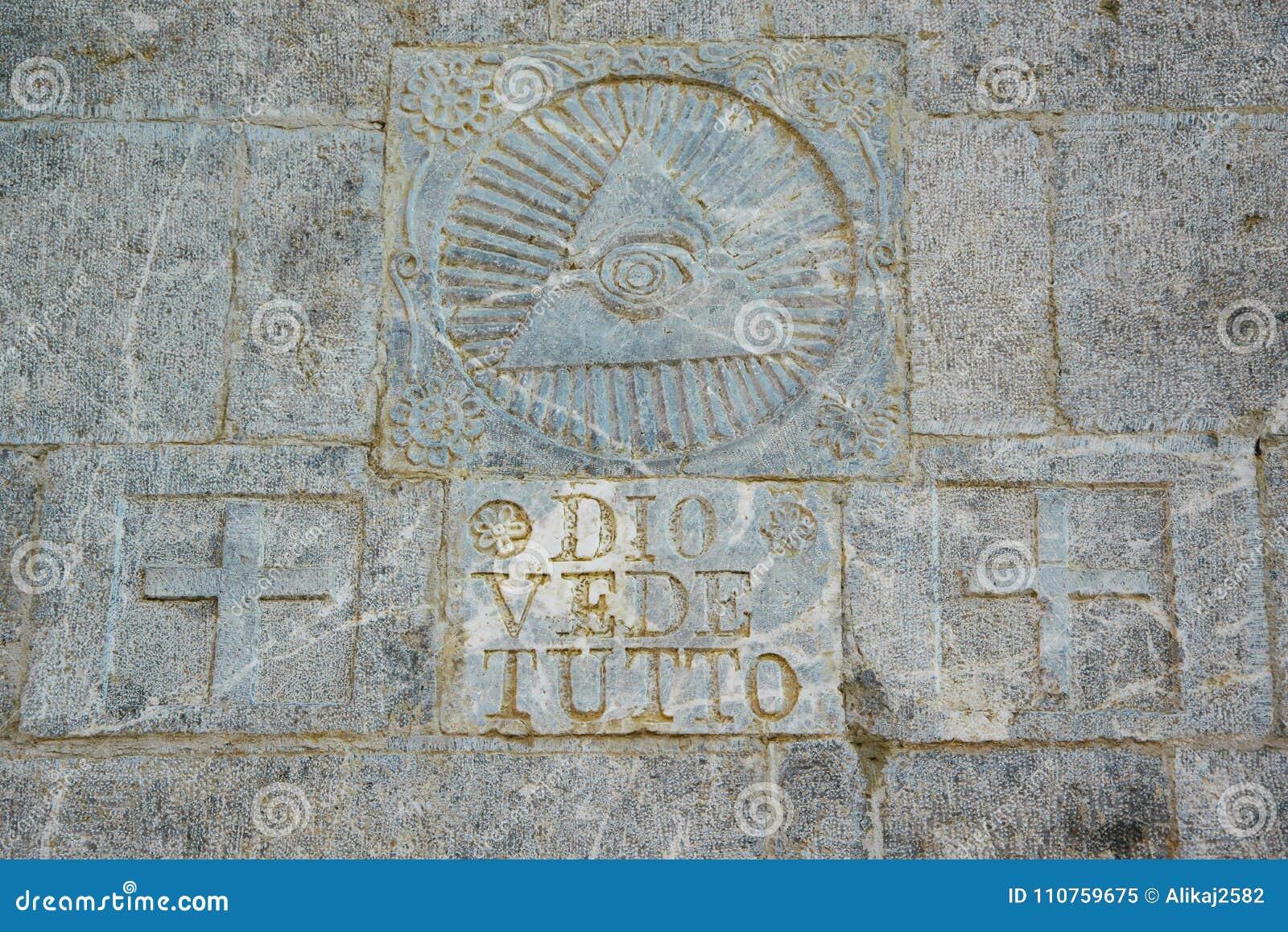 Escrito en el ` del tutto del vede de Dio del ` de la pared de piedra/dios del ` ve todo ` y símbolo masónico arriba