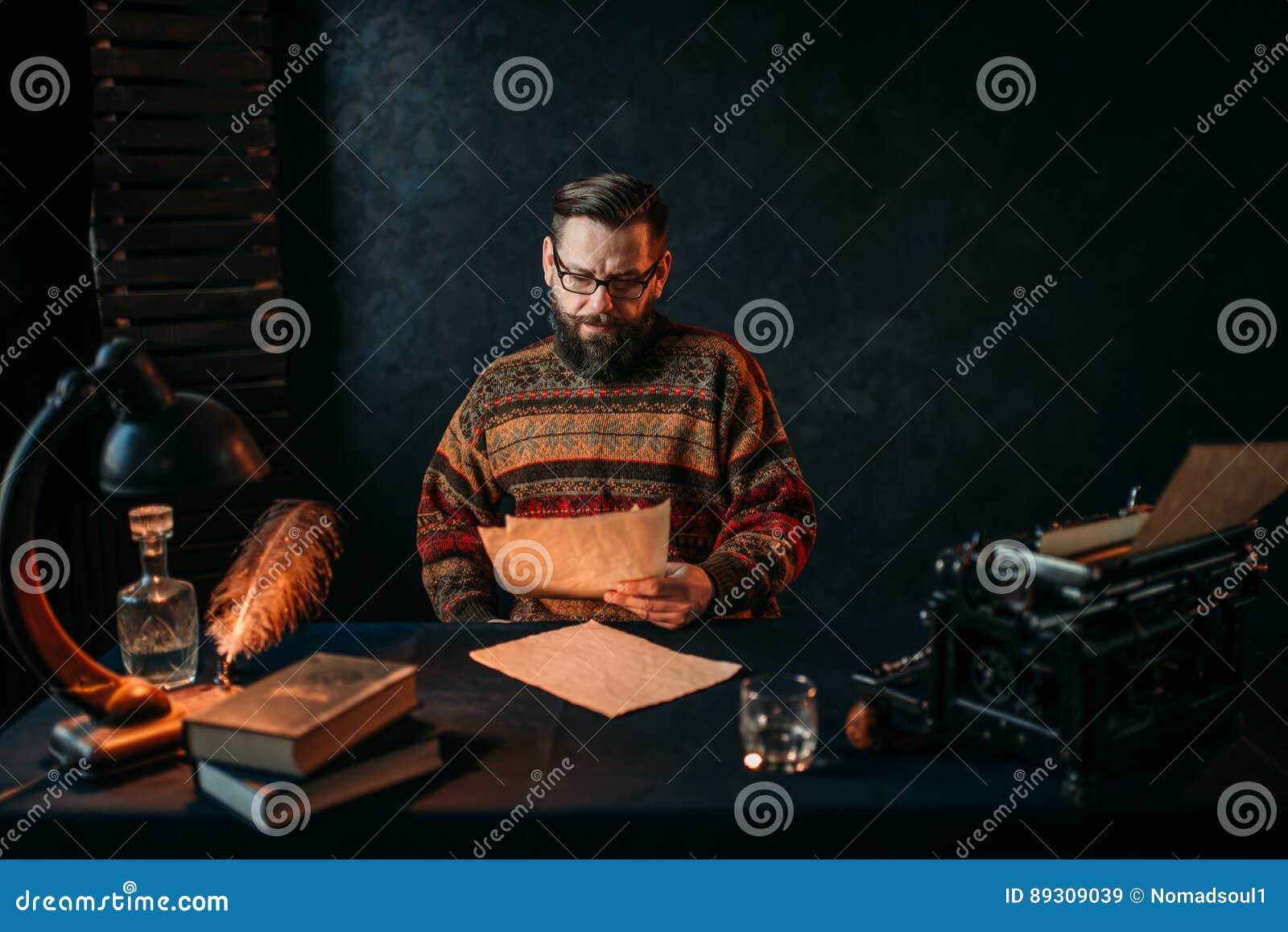 Escritor en vidrios que lee su texto de la literatura