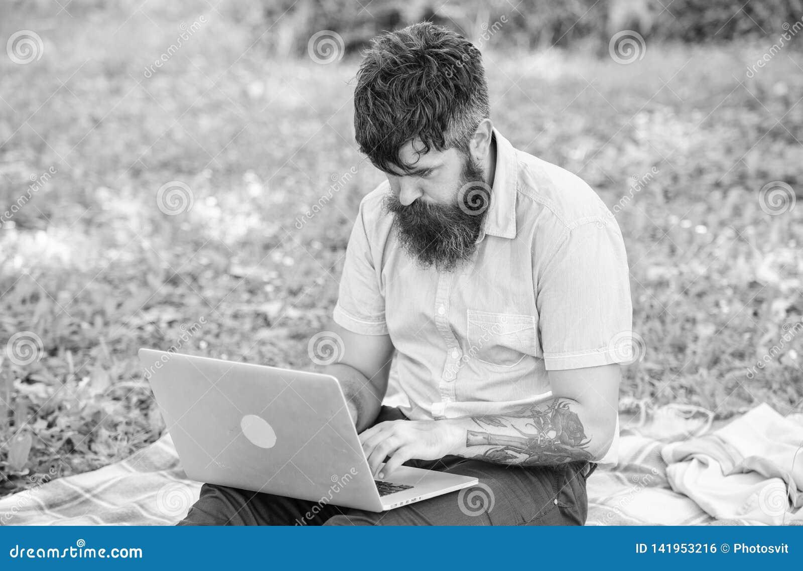 Escritor que busca el ambiente de la naturaleza de la inspiración Inspiración para bloguear Buscar la inspiración Hombre barbudo