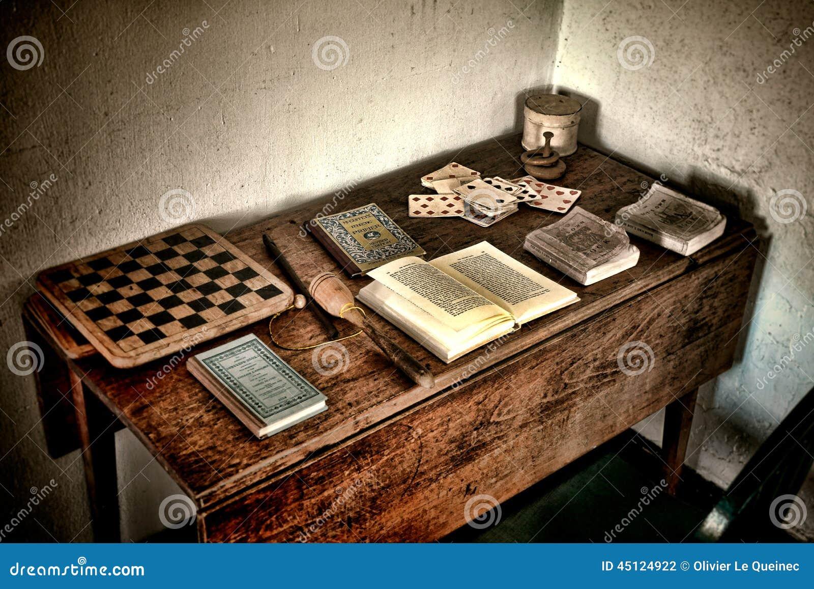 Escritorio Antiguo Del Juego Con Los Viejos Juegos Y Los Libros Antiguos
