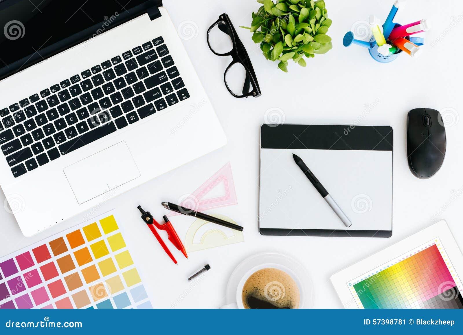 Escritorio creativo profesional del diseñador gráfico