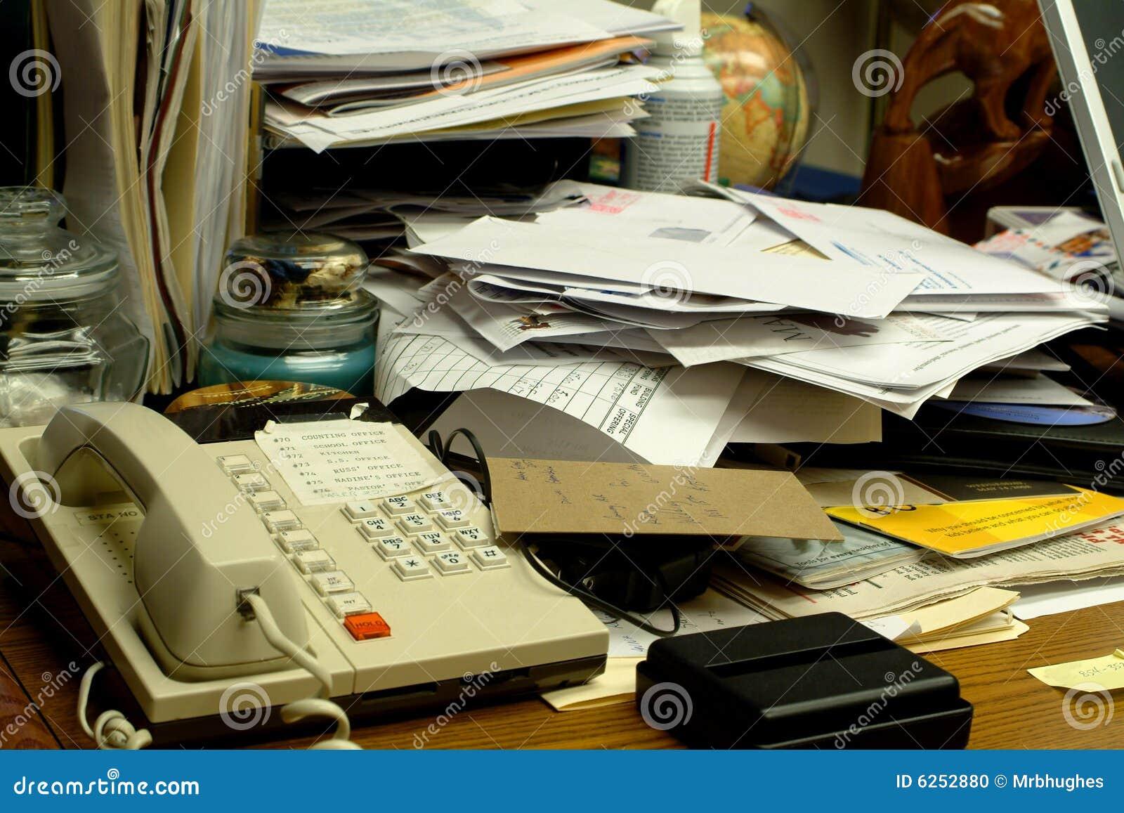 Escritorio de oficina sucio foto de archivo imagen 6252880 for Maduras en la oficina
