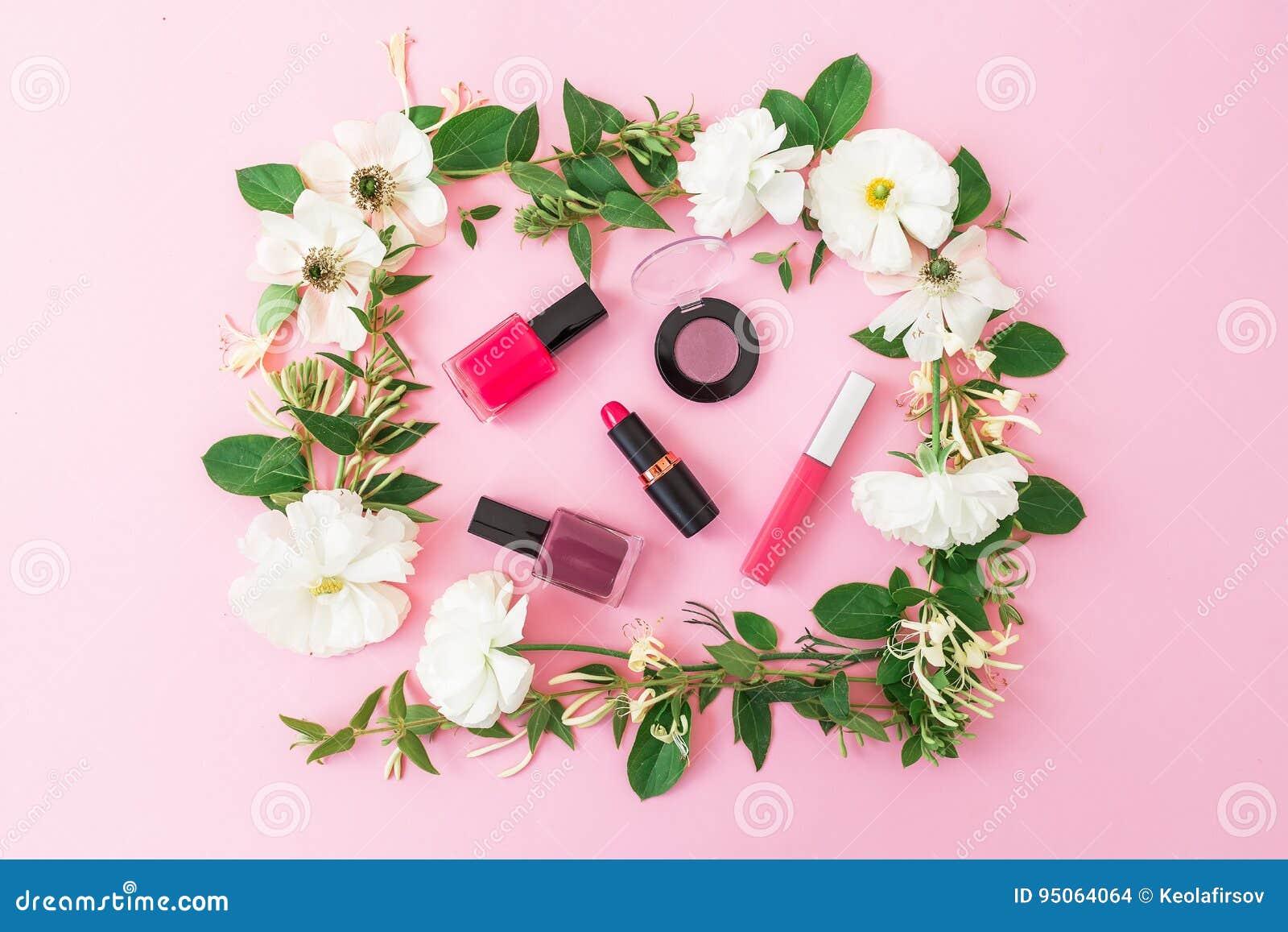 Escritorio Del Blogger De La Belleza Con Los Cosméticos, El Lápiz ...
