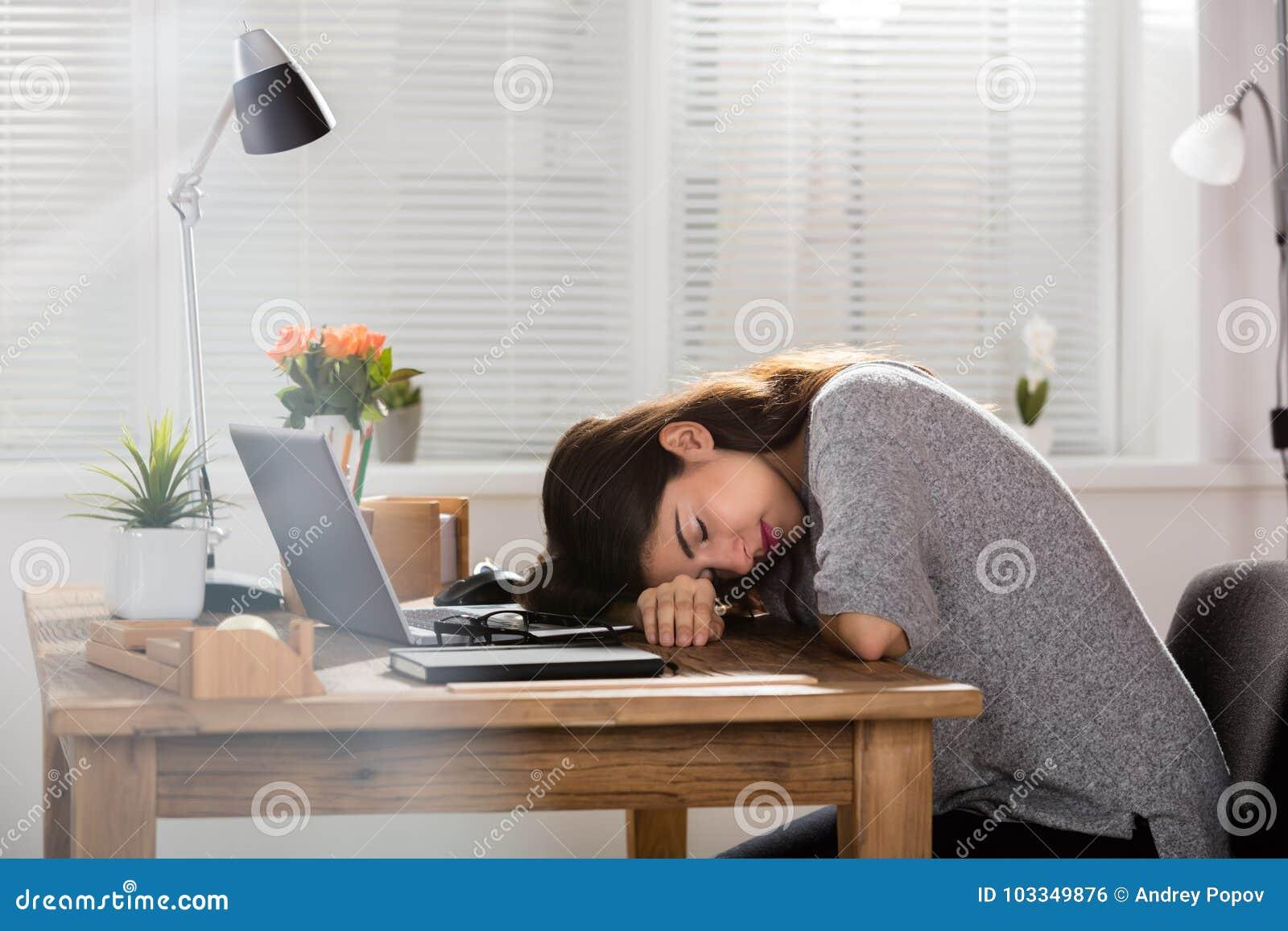 Escritorio joven de Sleeping On Office de la empresaria