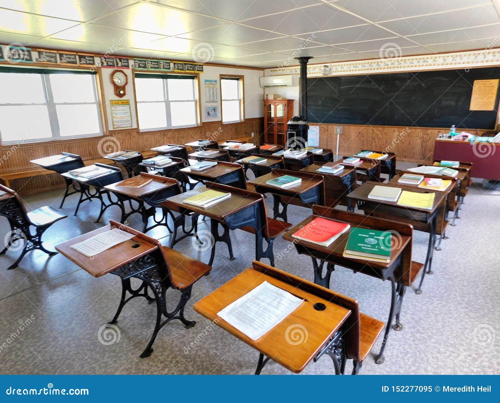 Escritorios dentro de una escuela de un sitio