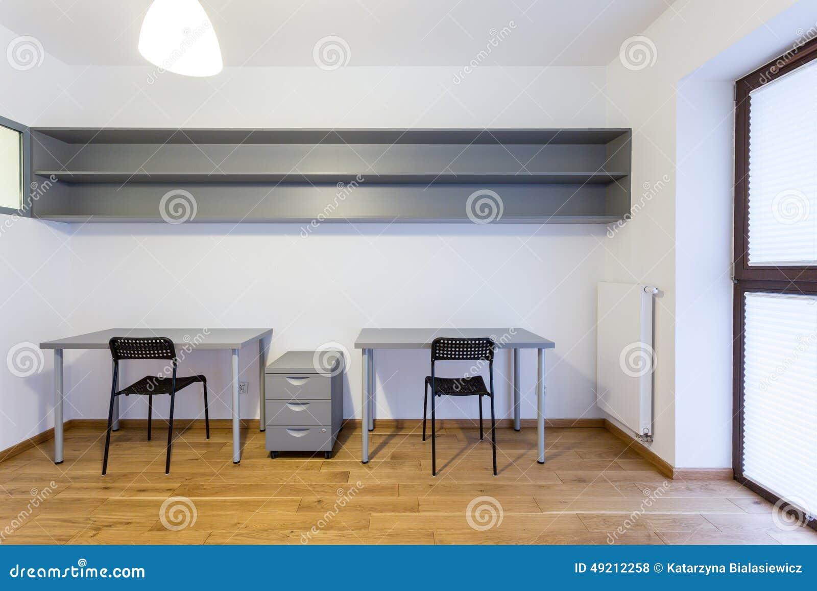 escritorios en sitio de estudio foto de archivo
