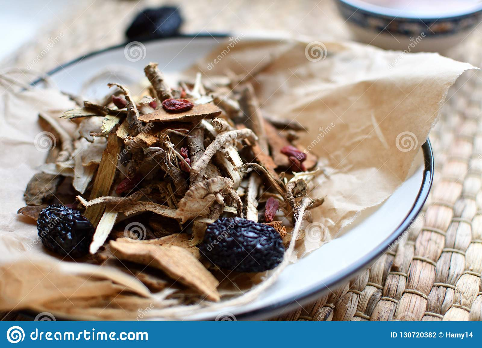 Escritura china de la medicina tradicional Infusión de hierbas con las azufaifas, las bayas del goji, las raíces del gingseng y o