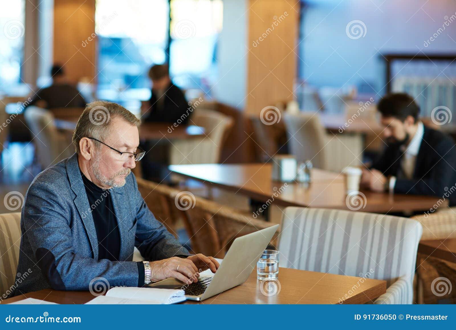 Escritura del correo electrónico al socio comercial