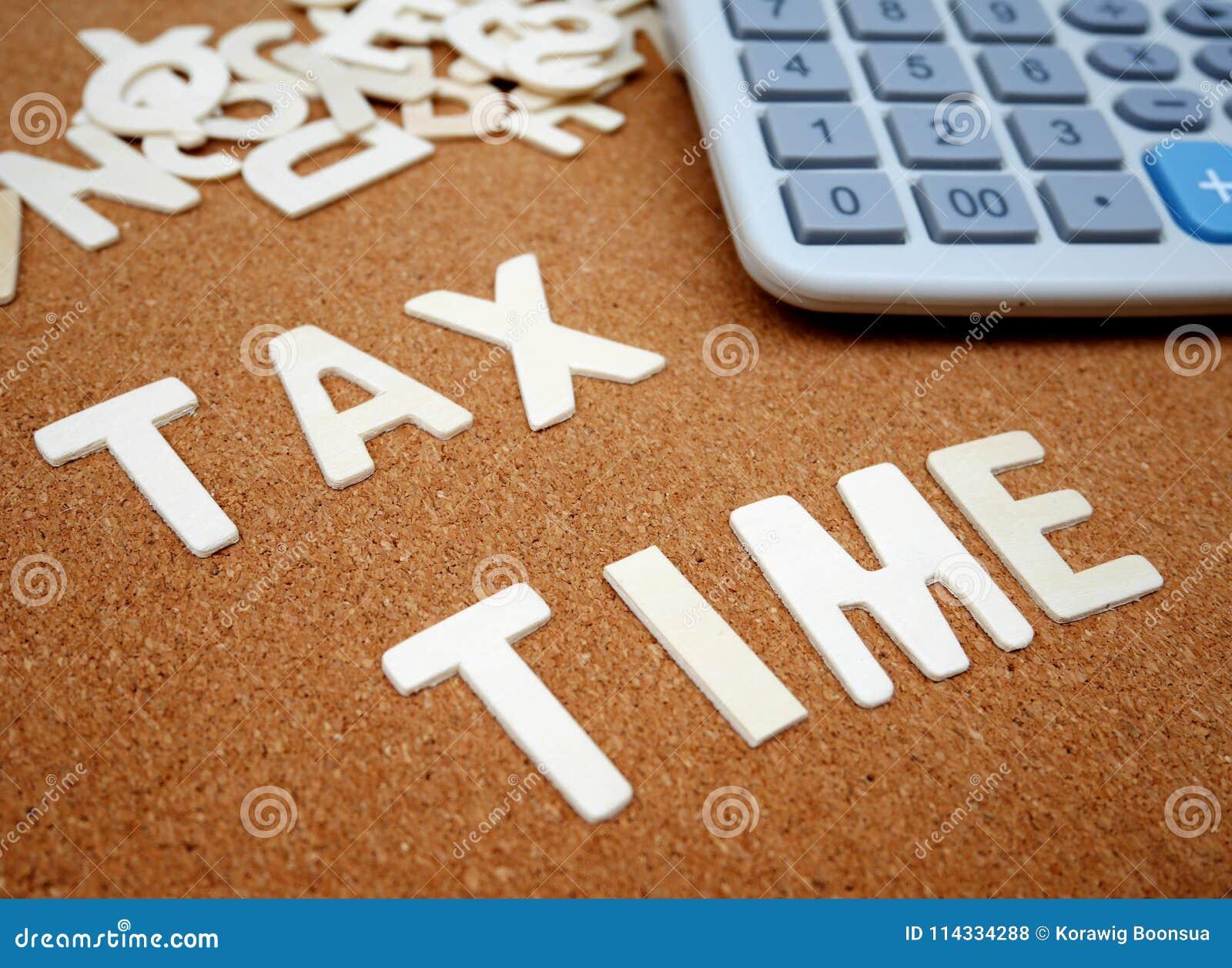 Escritura del ` del tiempo del impuesto del ` con la letra de madera
