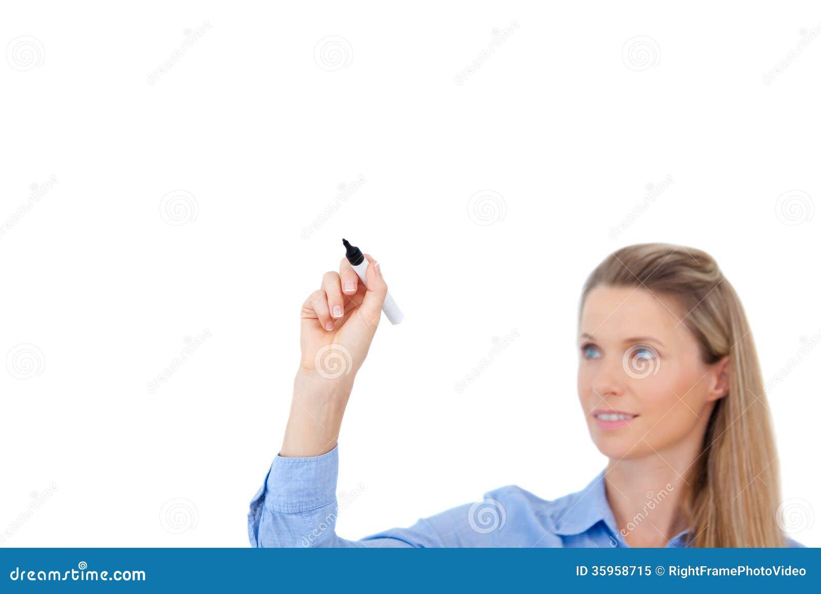 Escritura joven de la empresaria con la pluma