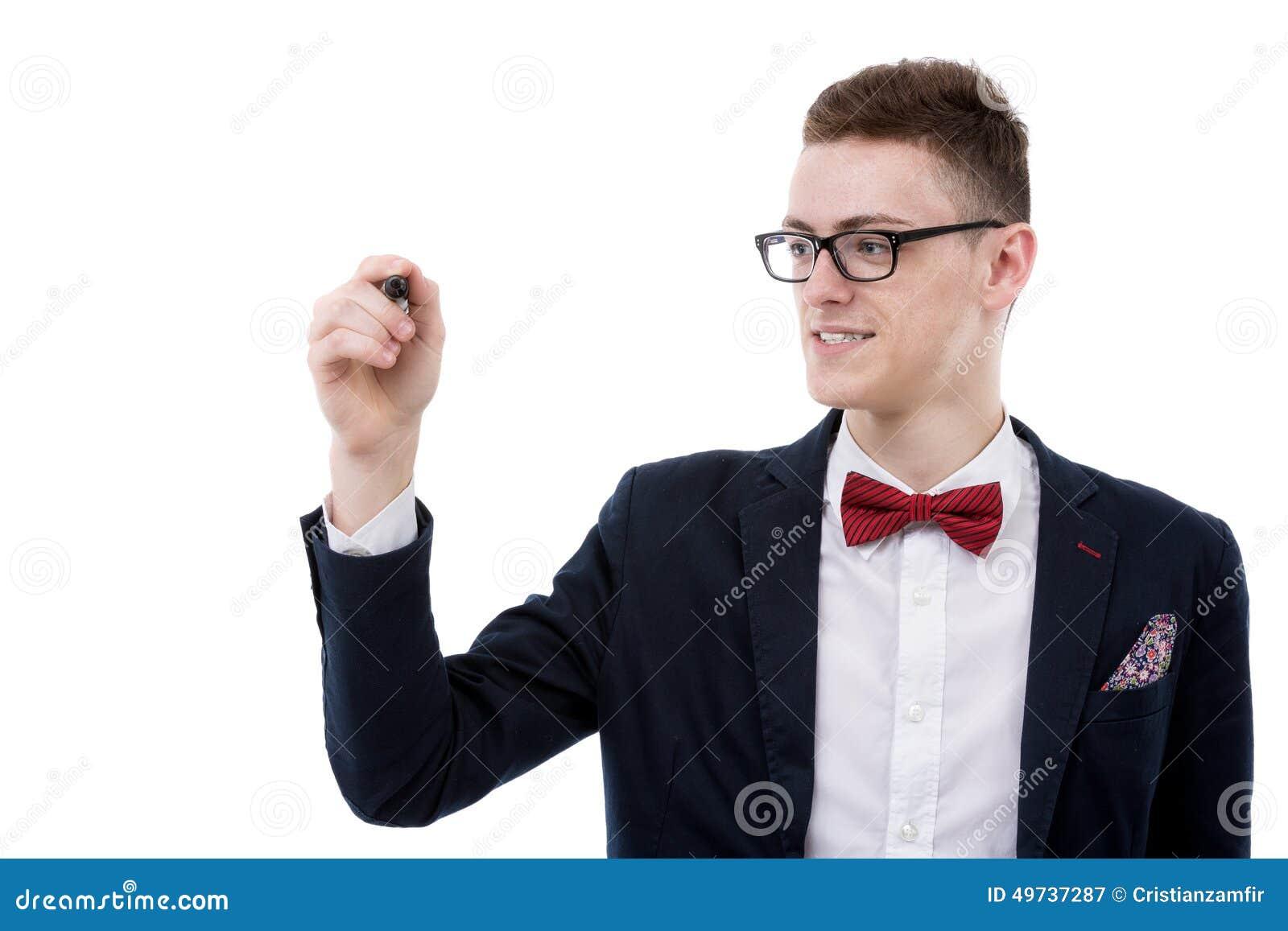 Escritura joven del hombre de negocios algo en una pantalla imaginaria y