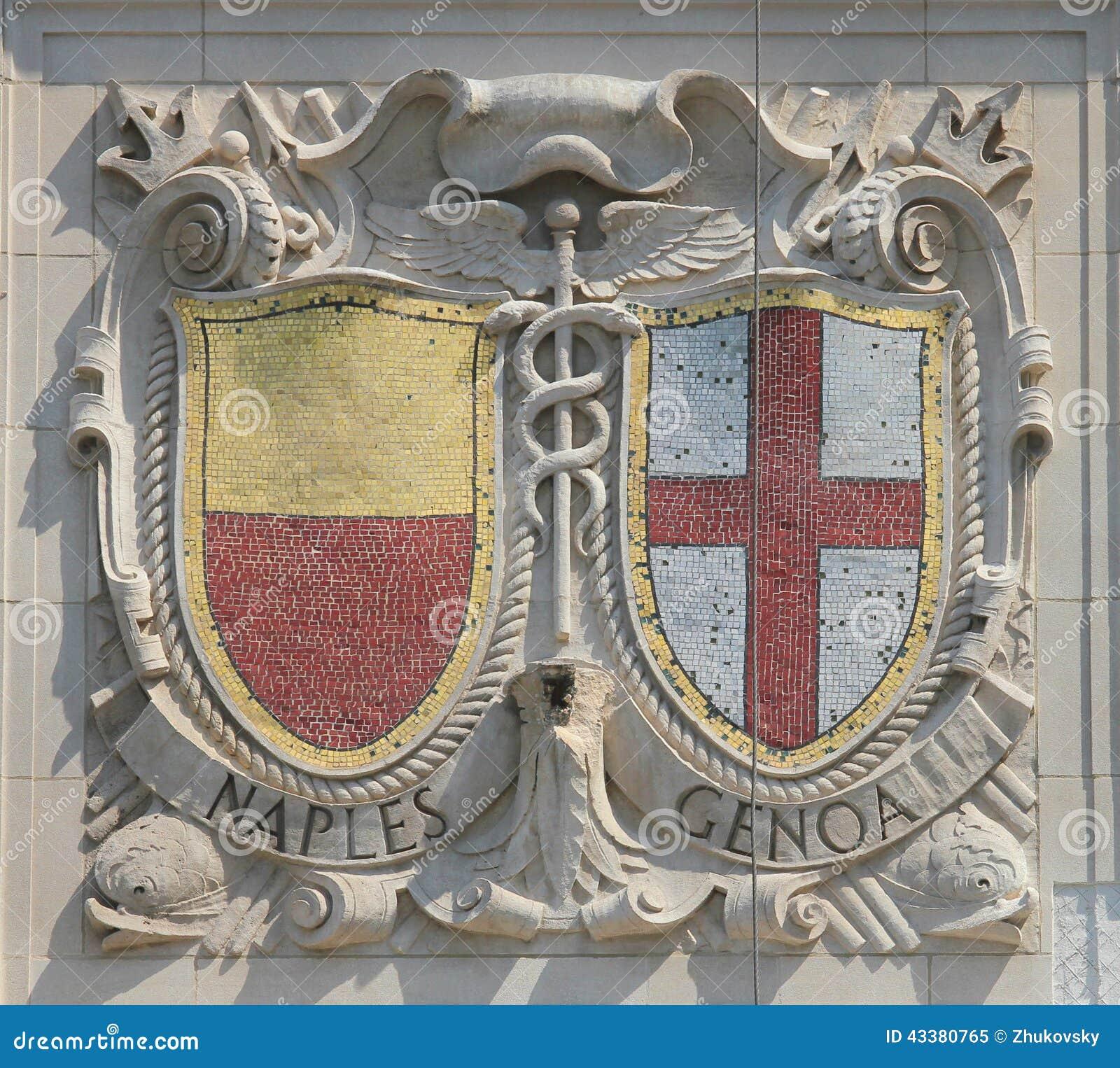 Escudos del mosaico de las ciudades de puerto renombradas Nápoles y Génova en la fachada de las líneas pacíficas construcción de