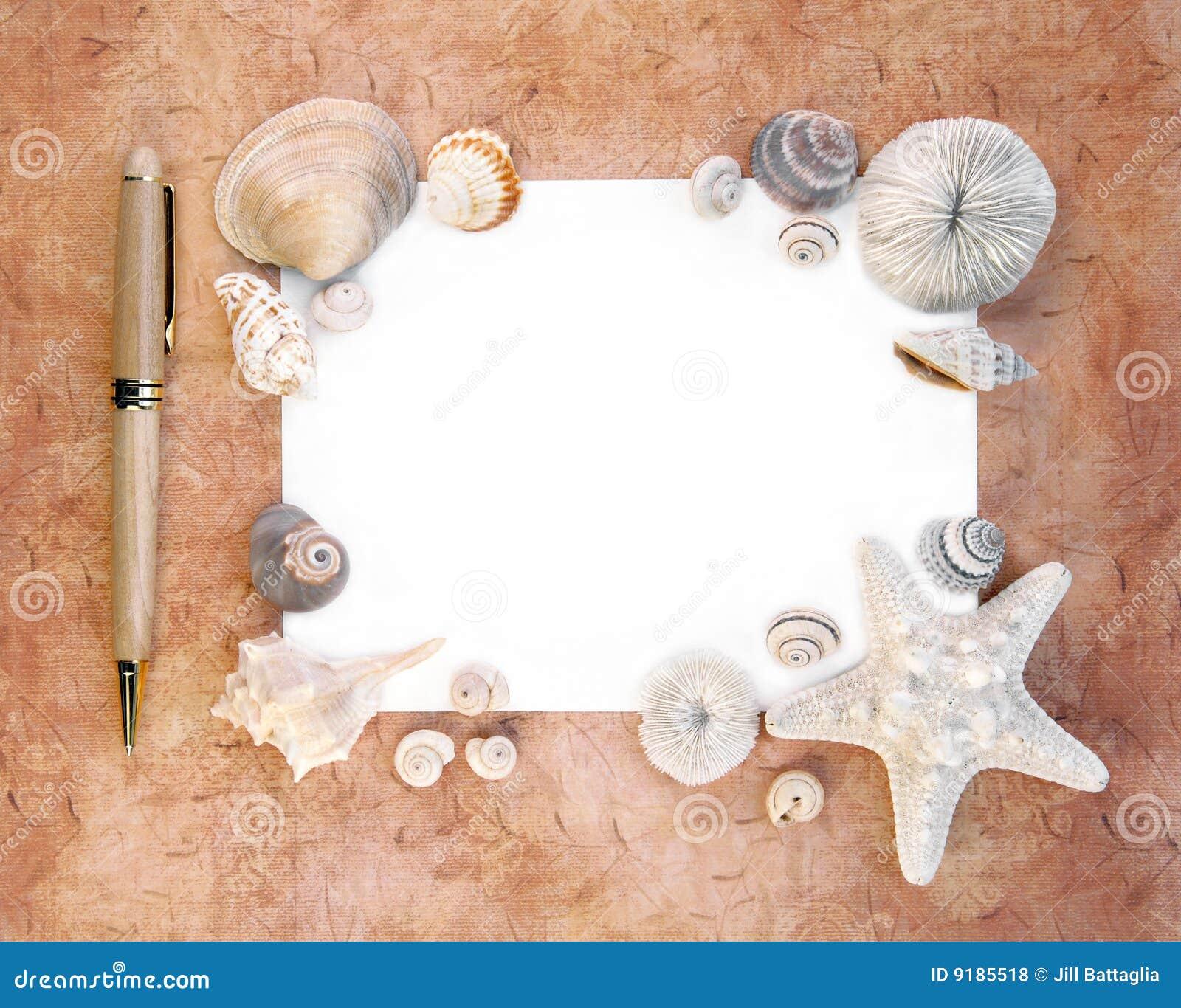 Escudos do mar com papel e pena de nota