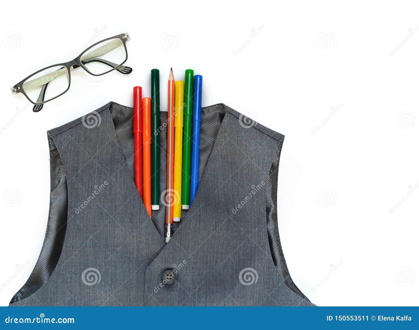 Escuela fijada con el chaleco, los lápices, los rotuladores, y los vidrios en un fondo blanco Escuela De nuevo a escuela Concepto