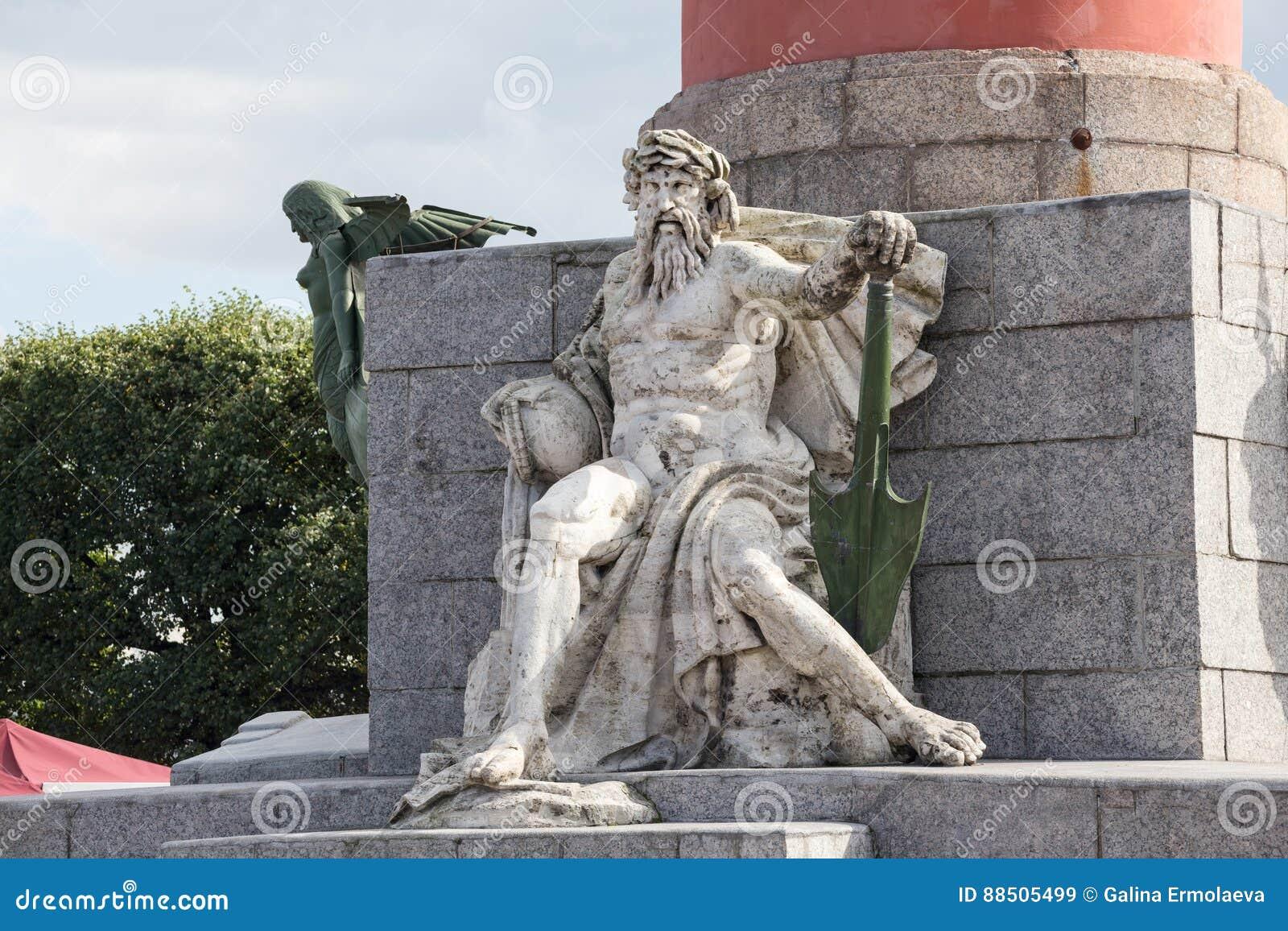 Escultura alegórica do rio de Dnieper na base da coluna rostral em St Petersburg