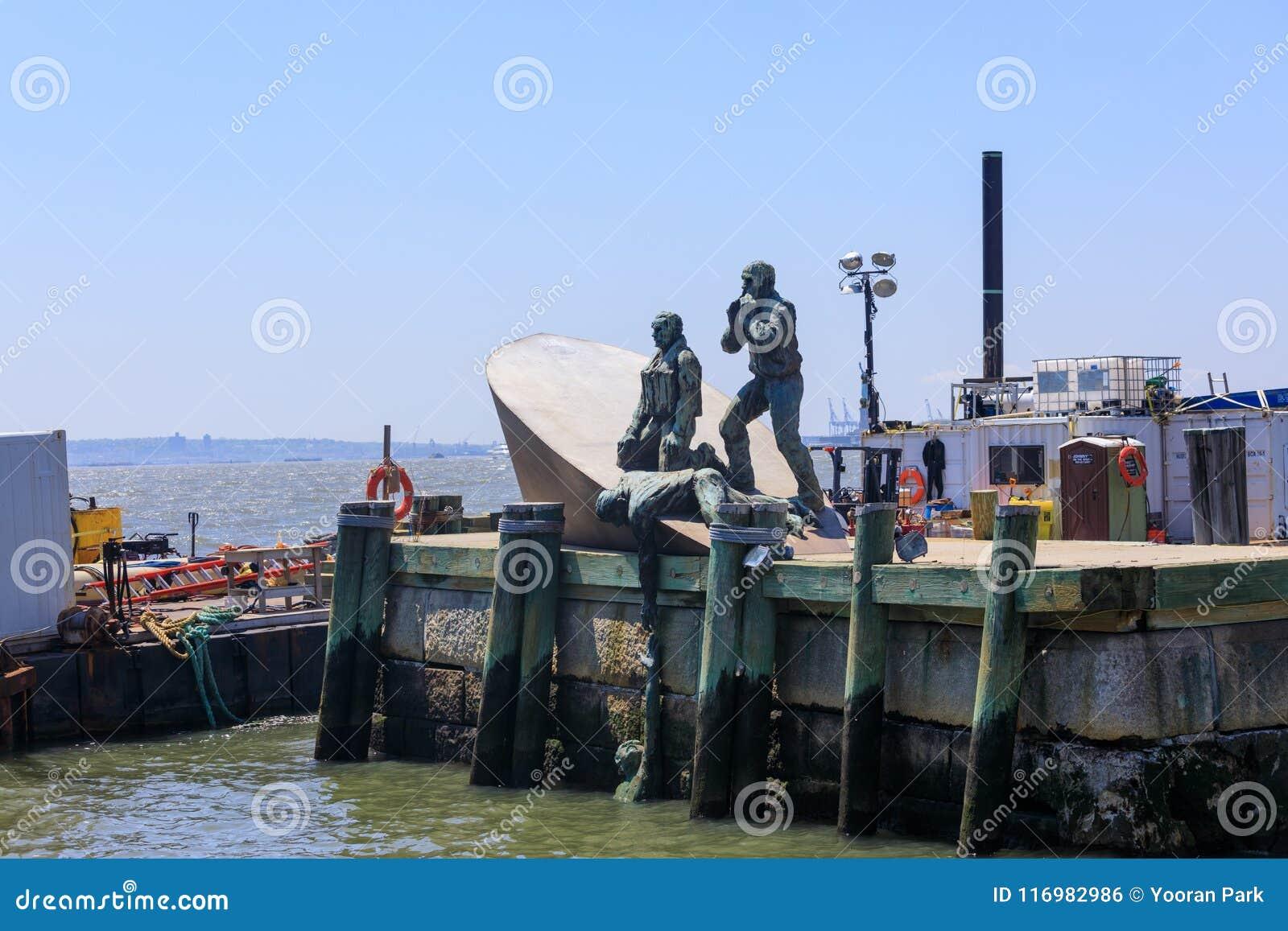Escultura americana de Marines Memorial del comerciante en el embarcadero A de la ciudad en parque de batería