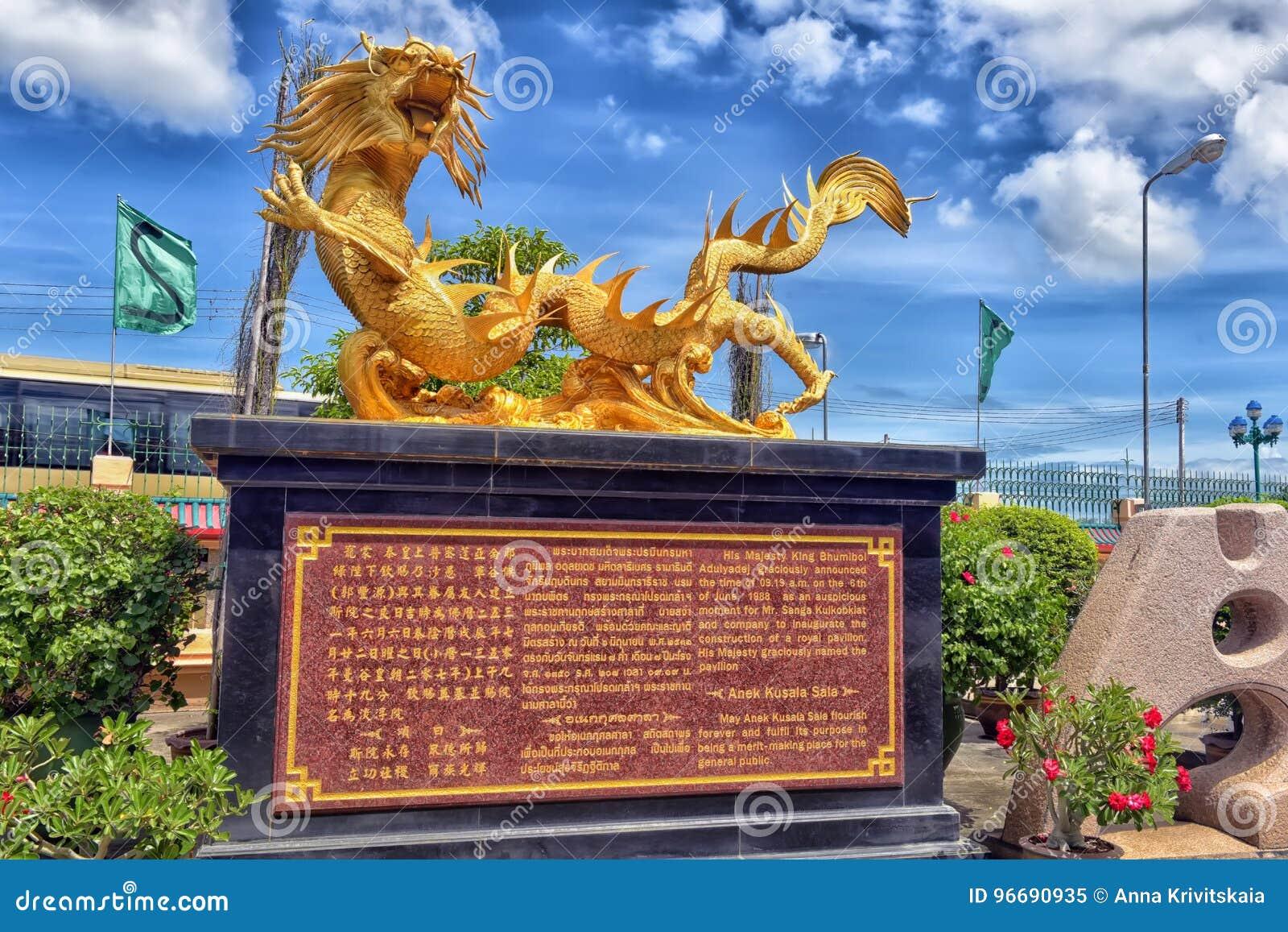 Escultura china hermosa de los dragones en el templo chino de Anek Kusala Sala Viharn Sien en Pattaya,