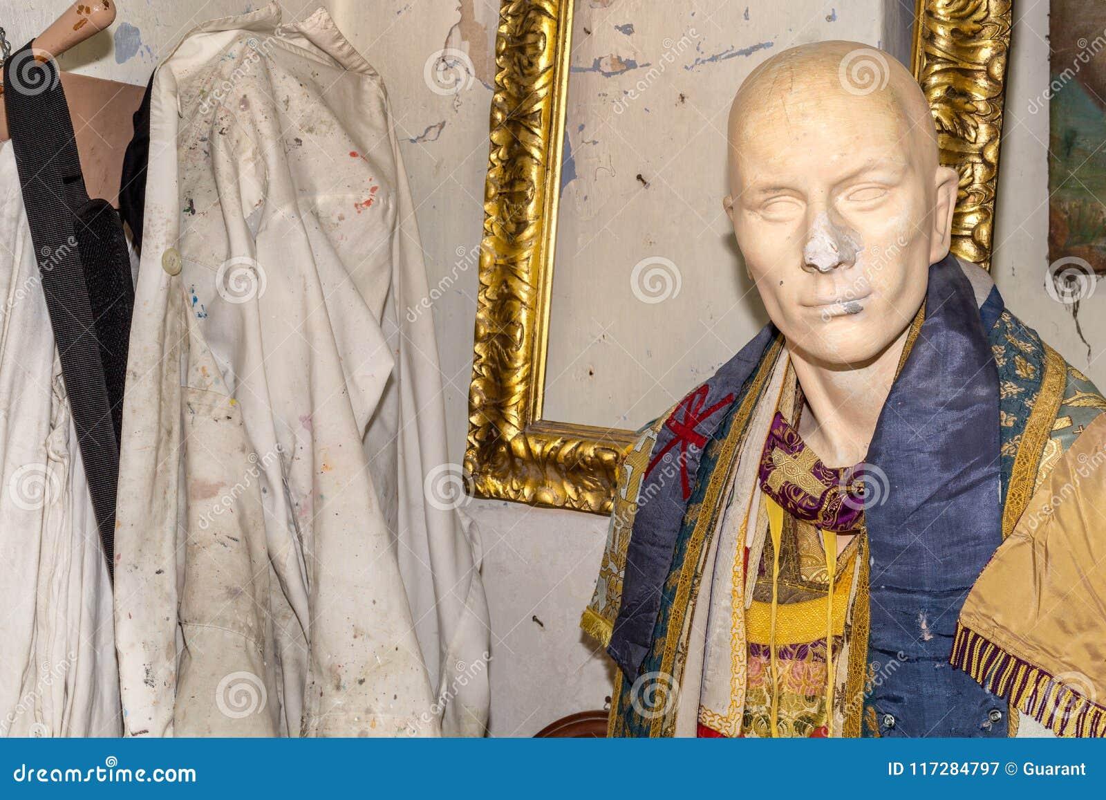 A escultura com vestidos fecha-se acima, no estúdio do artista