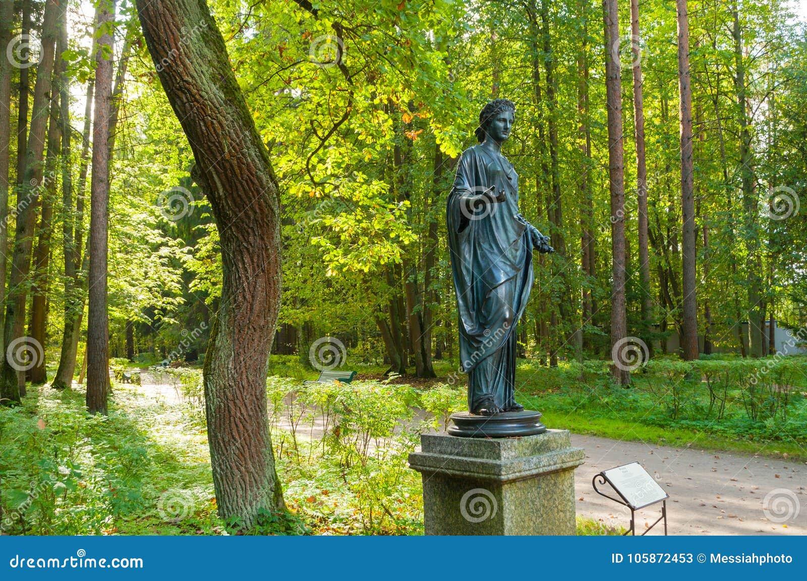 Escultura de bronze da flora - deusa da mola e das flores Parque velho de Silvia em Pavlovsk, St Petersburg, Rússia
