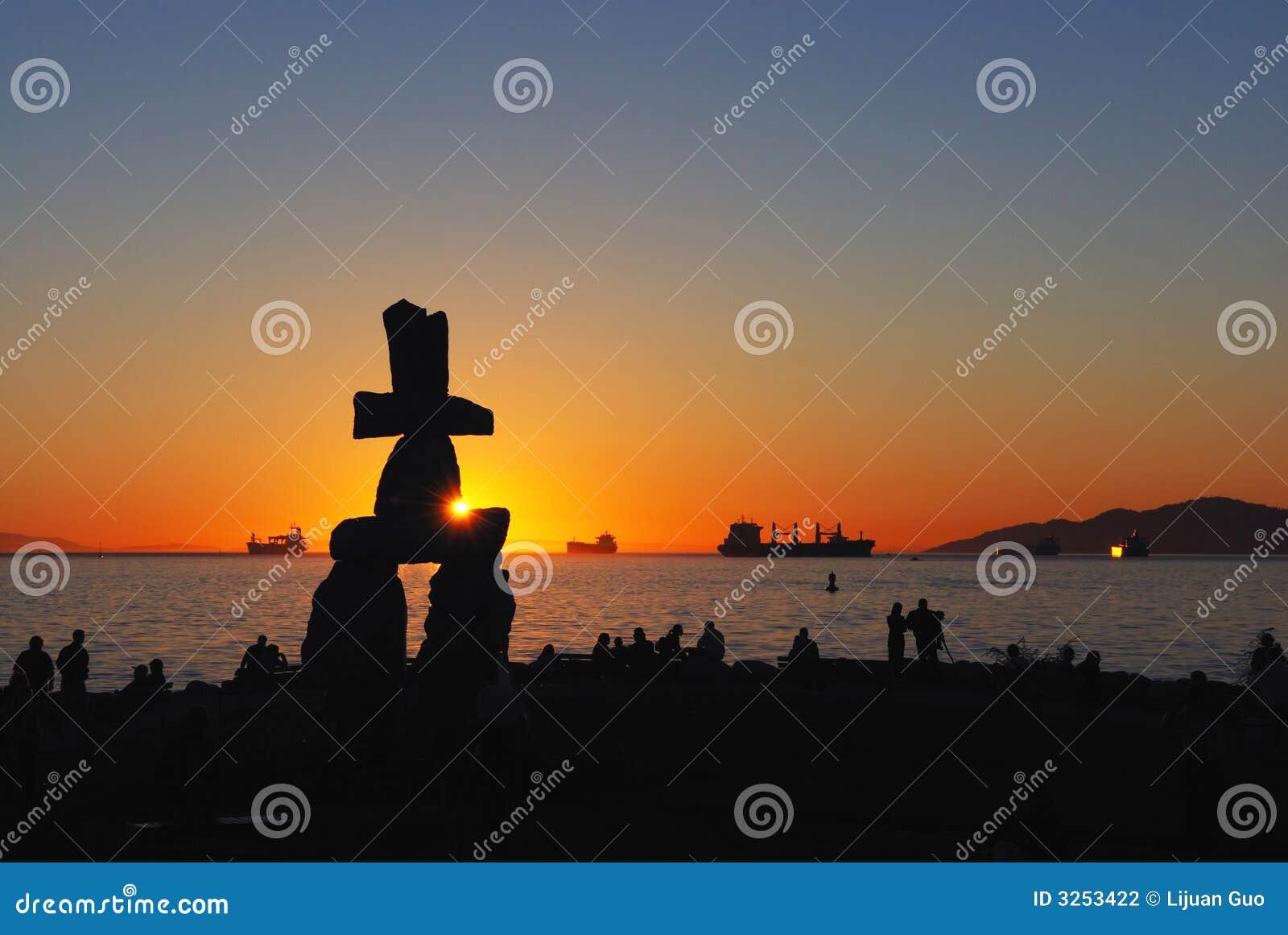 Escultura de Inukshuk en la puesta del sol