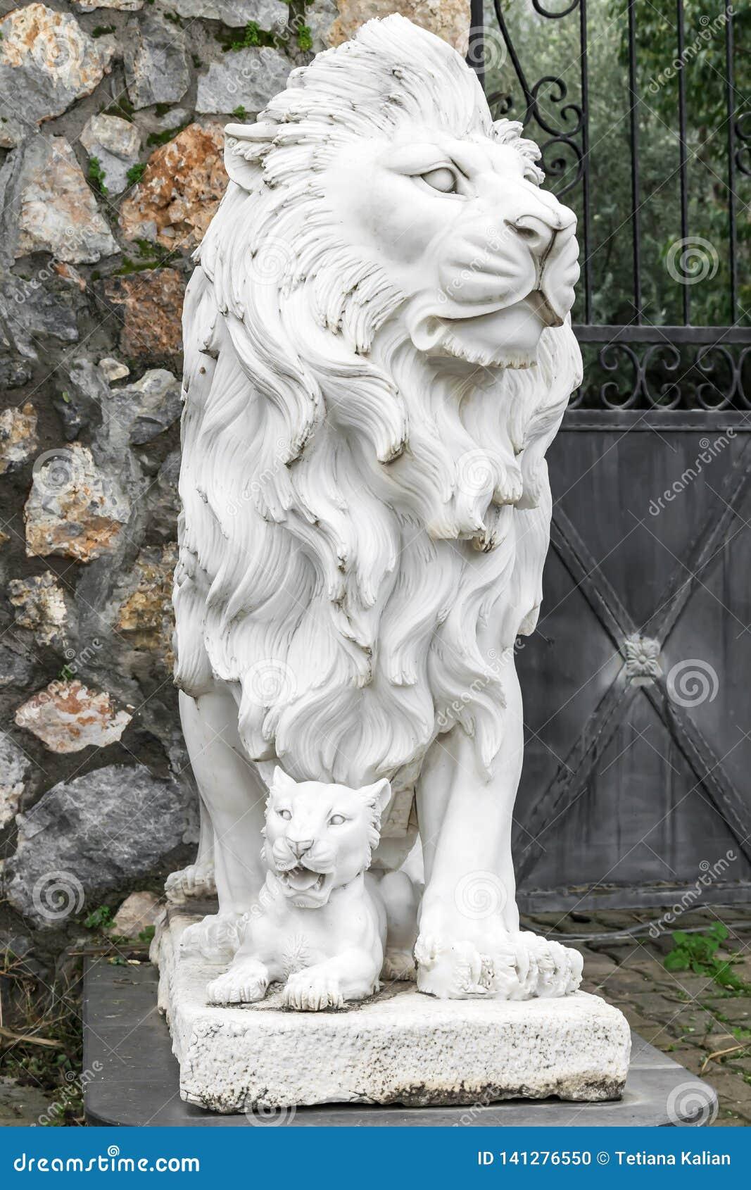 Escultura de la ciudad de un león y de un cachorro de león en la entrada Señal local Front View