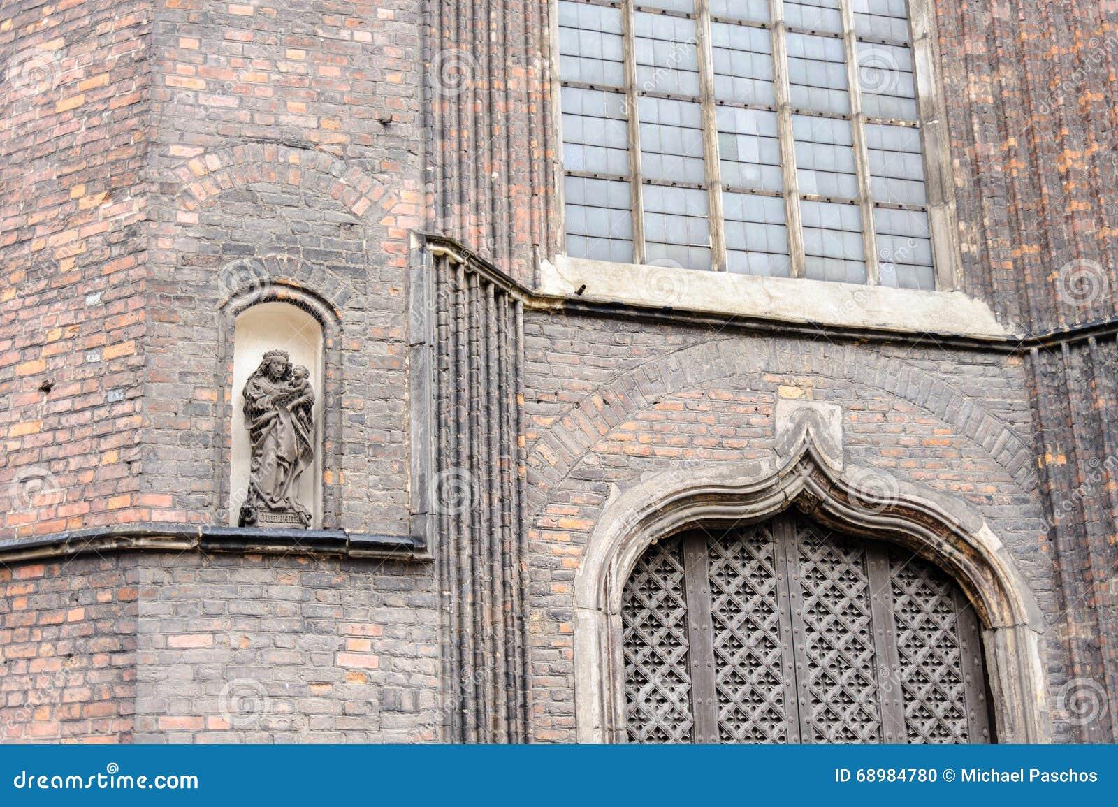 Escultura de la Virgen María y del bebé Jesús