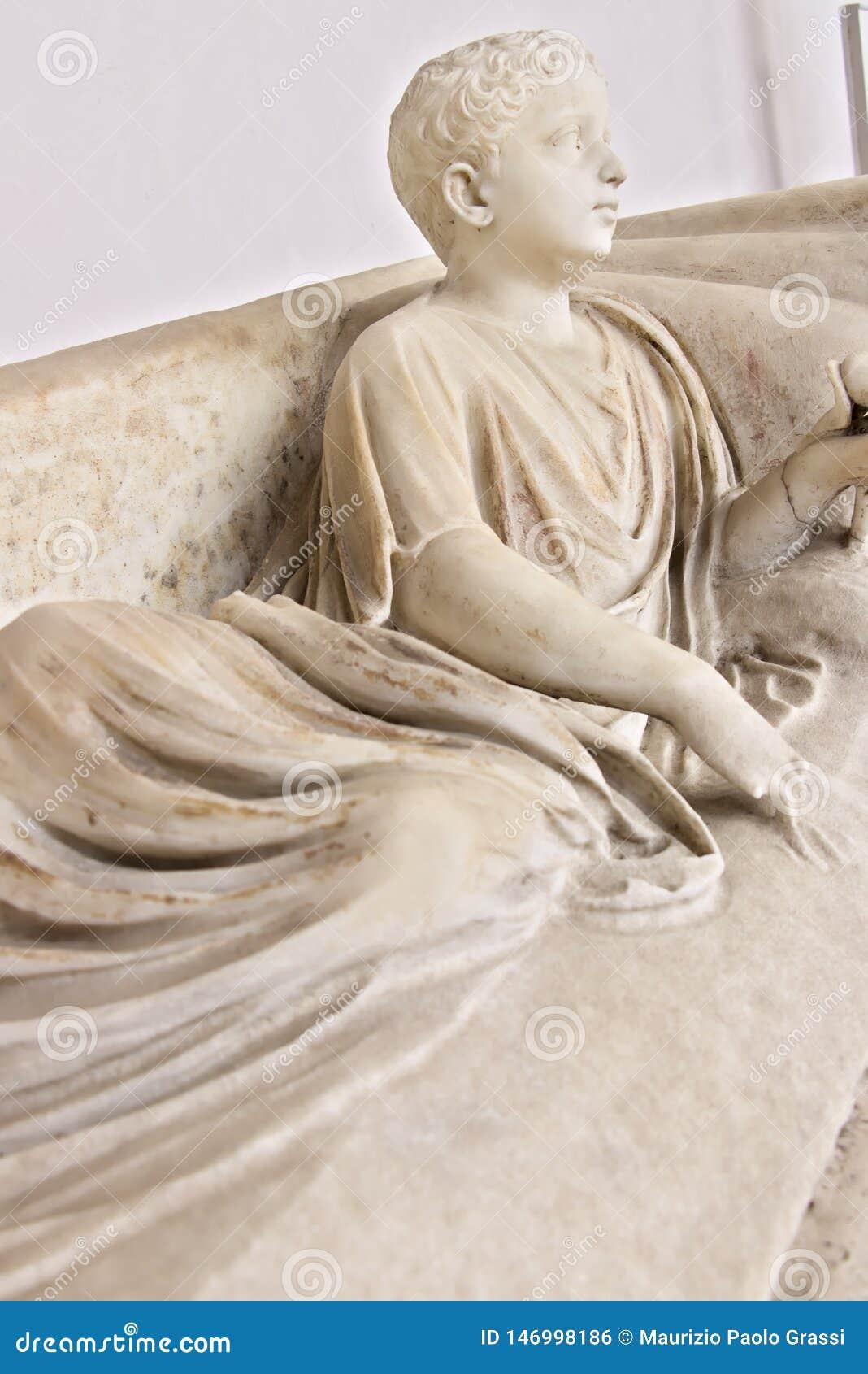 Escultura de mármore branca do menino de encontro