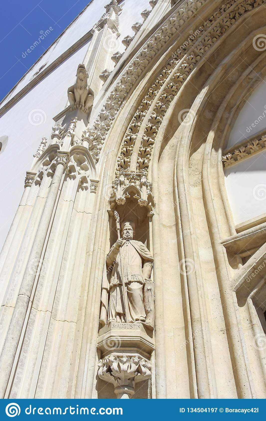 Escultura de St Augustine del hipopótamo, portal del oeste de la iglesia de St Mark