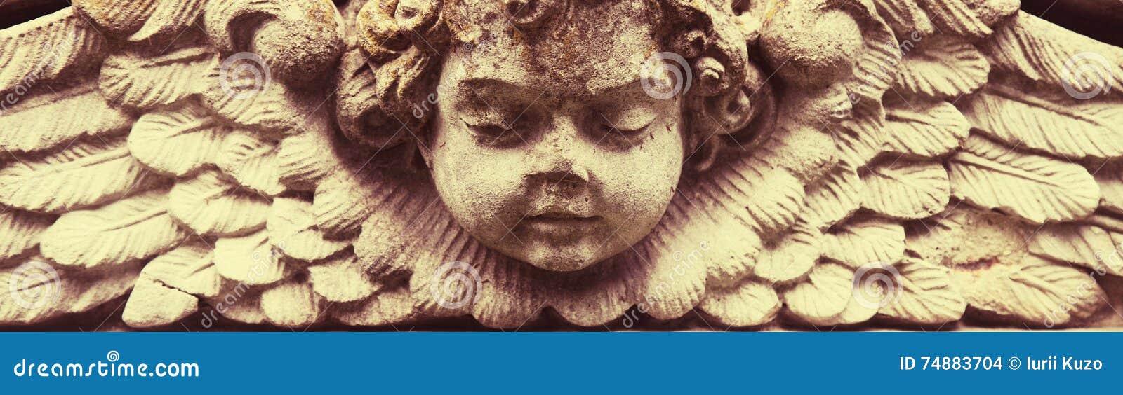 Escultura de um anjo com fundo escuro