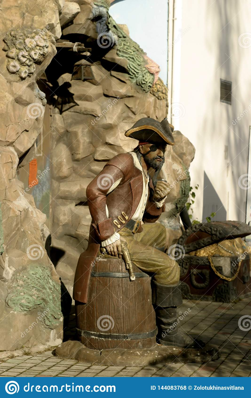 Escultura de un pirata hecho en el crecimiento completo del hombre