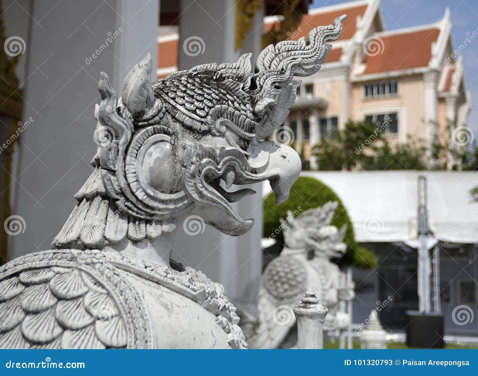 Escultura del guarda en templo