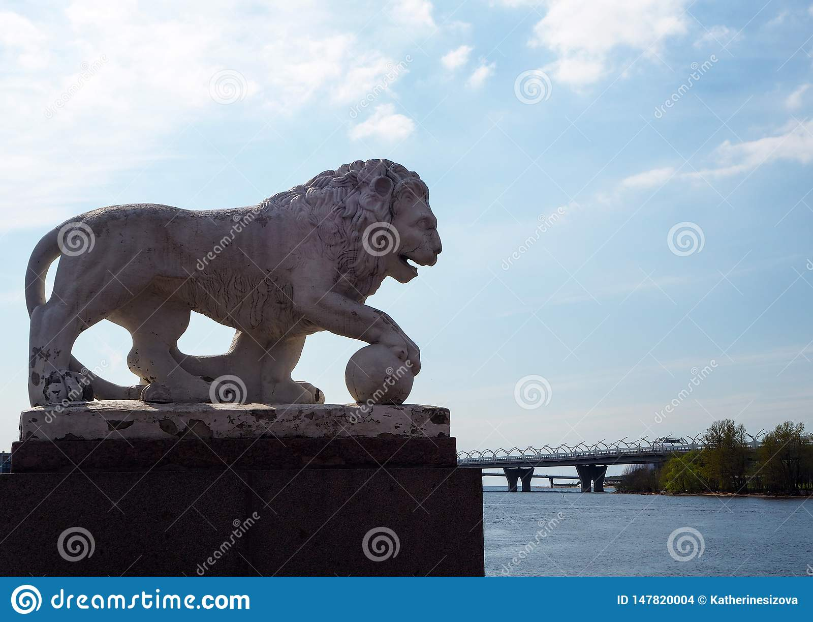 Escultura del le?n de piedra blanco en la orilla del r?o en el parque de la ciudad