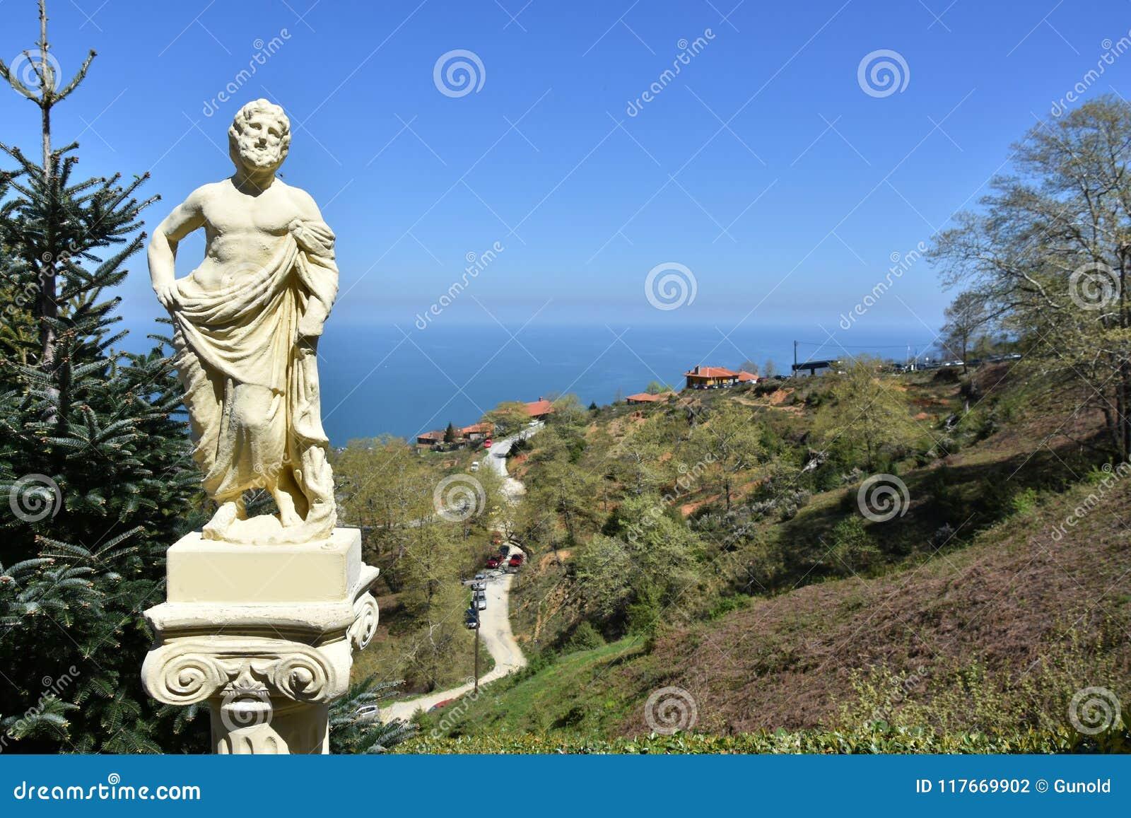 Escultura do deus grego na montanha dos olympos