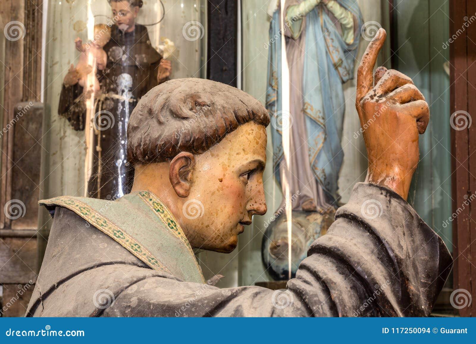 Escultura do fim da cabeça de Francisco de Saint acima no estúdio das artes