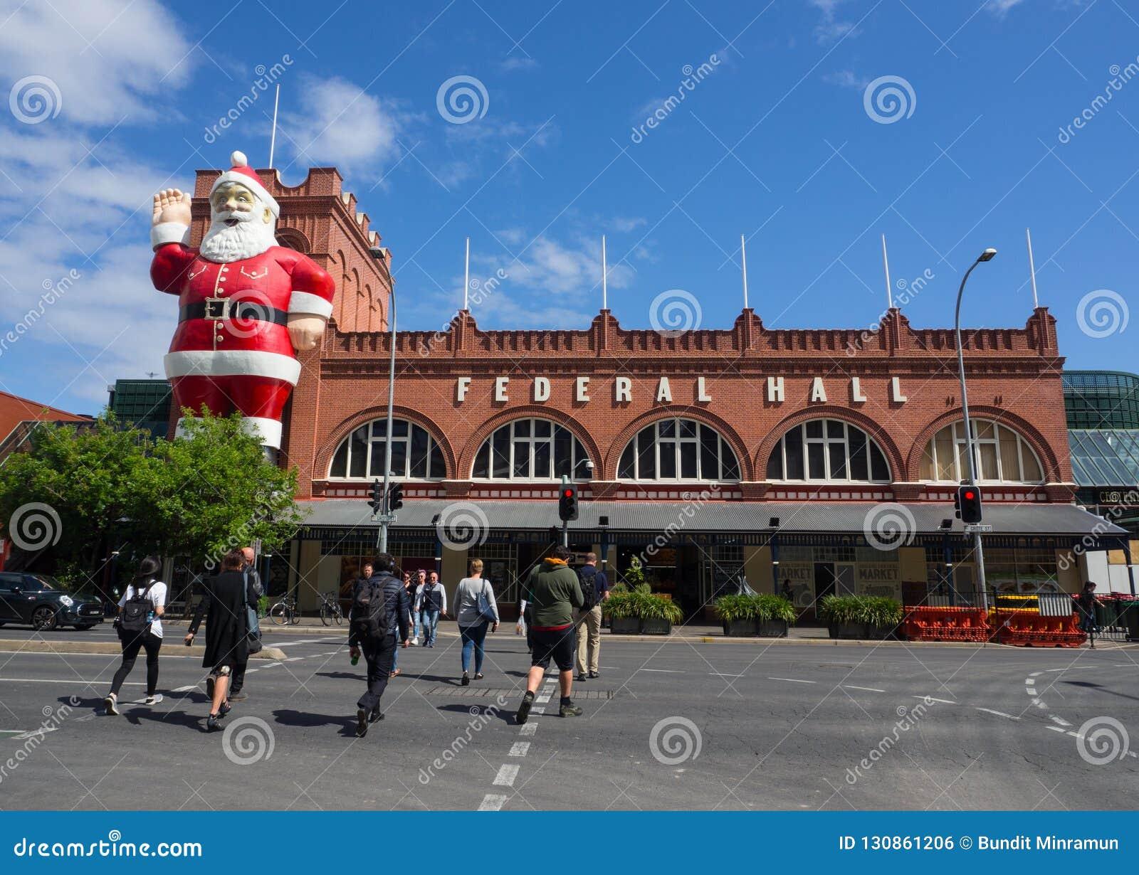Escultura gigante de Santa Claus unida em uma construção da fachada de Adelaide Central Market, é igualmente uma atração turístic