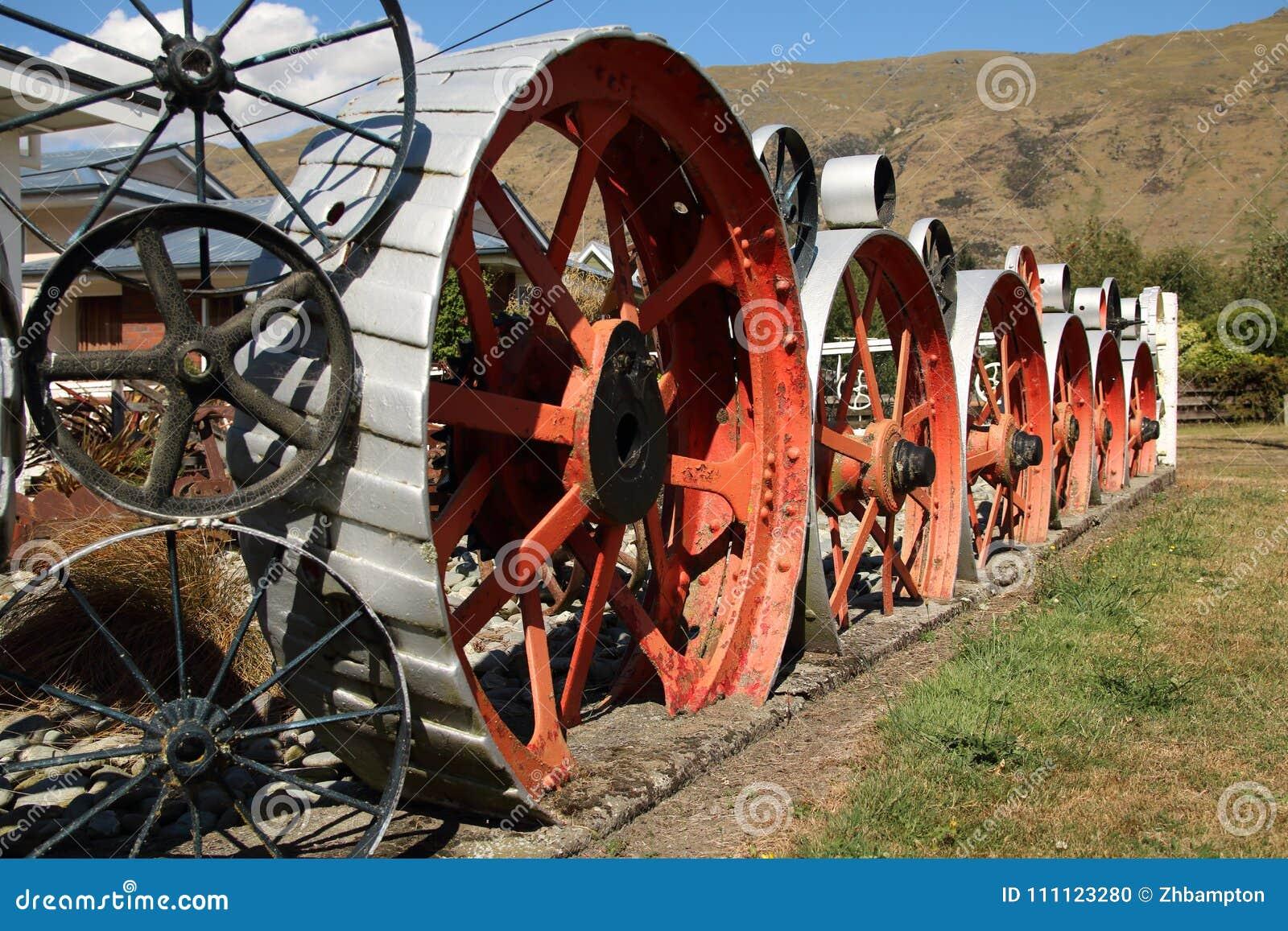Escultura grande de la rueda del metal en Kingston New Zealand